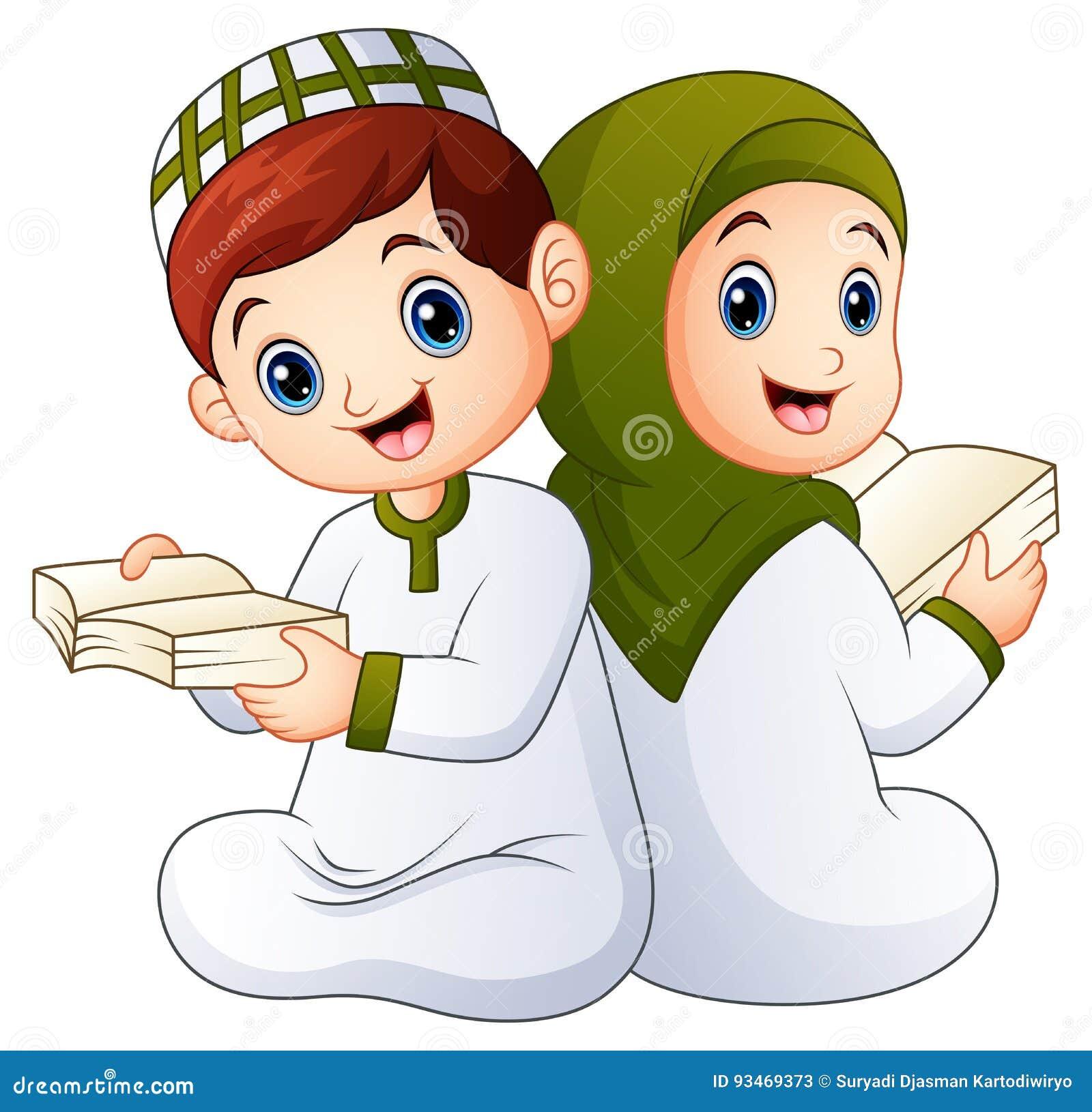 Счастливый мусульманский ребенк держа Коран