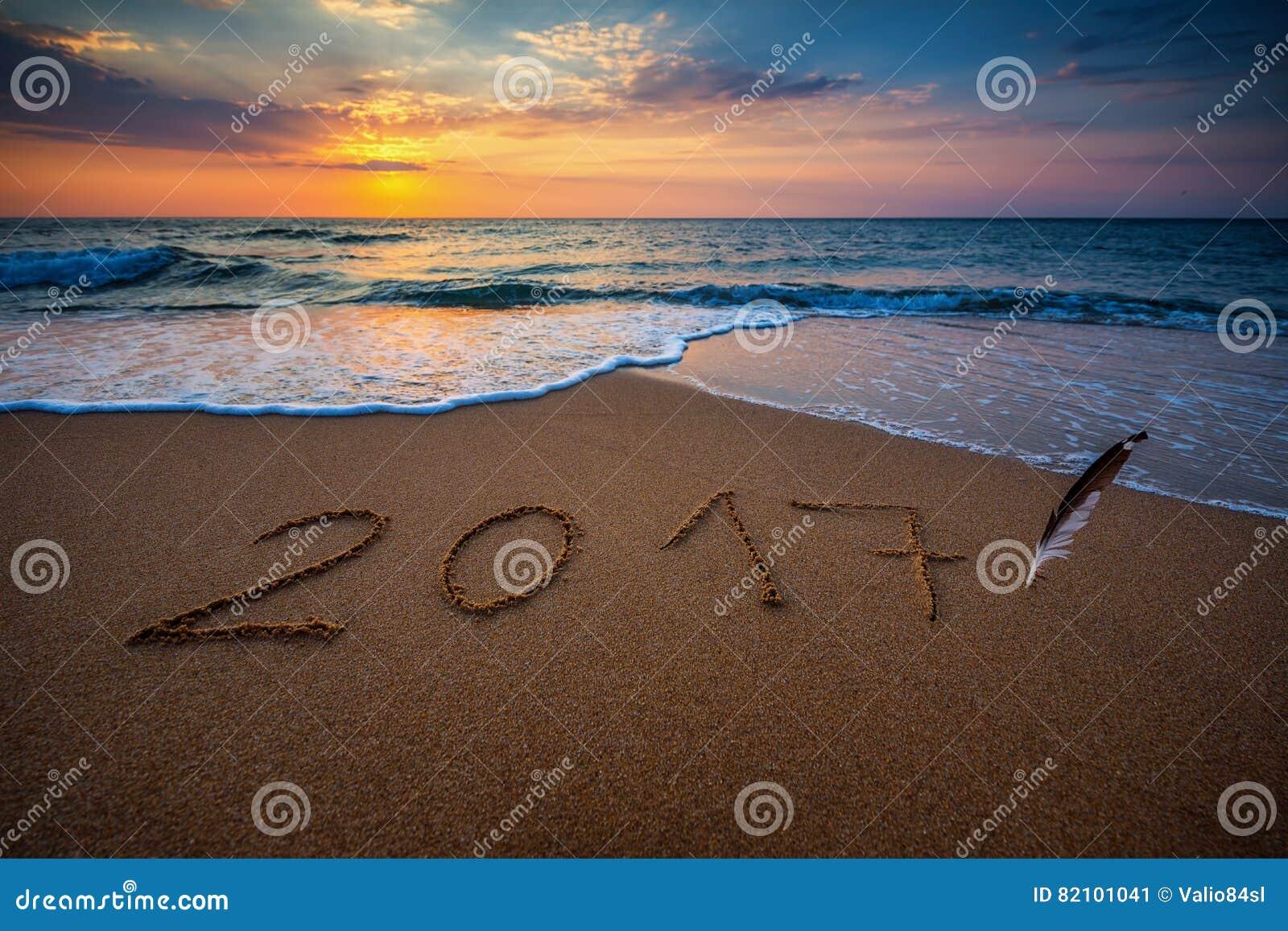 Счастливый Новый Год 2017, помечая буквами на пляже