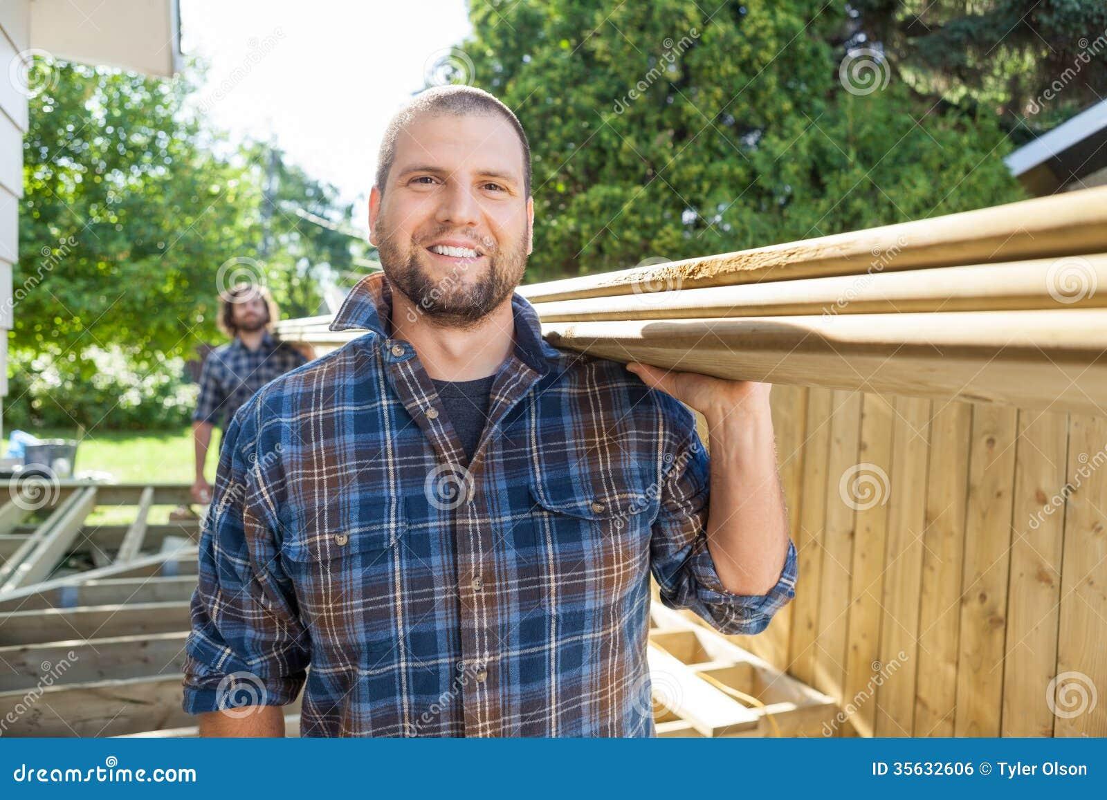 Счастливый носить плотника и сотрудника Lumbers на