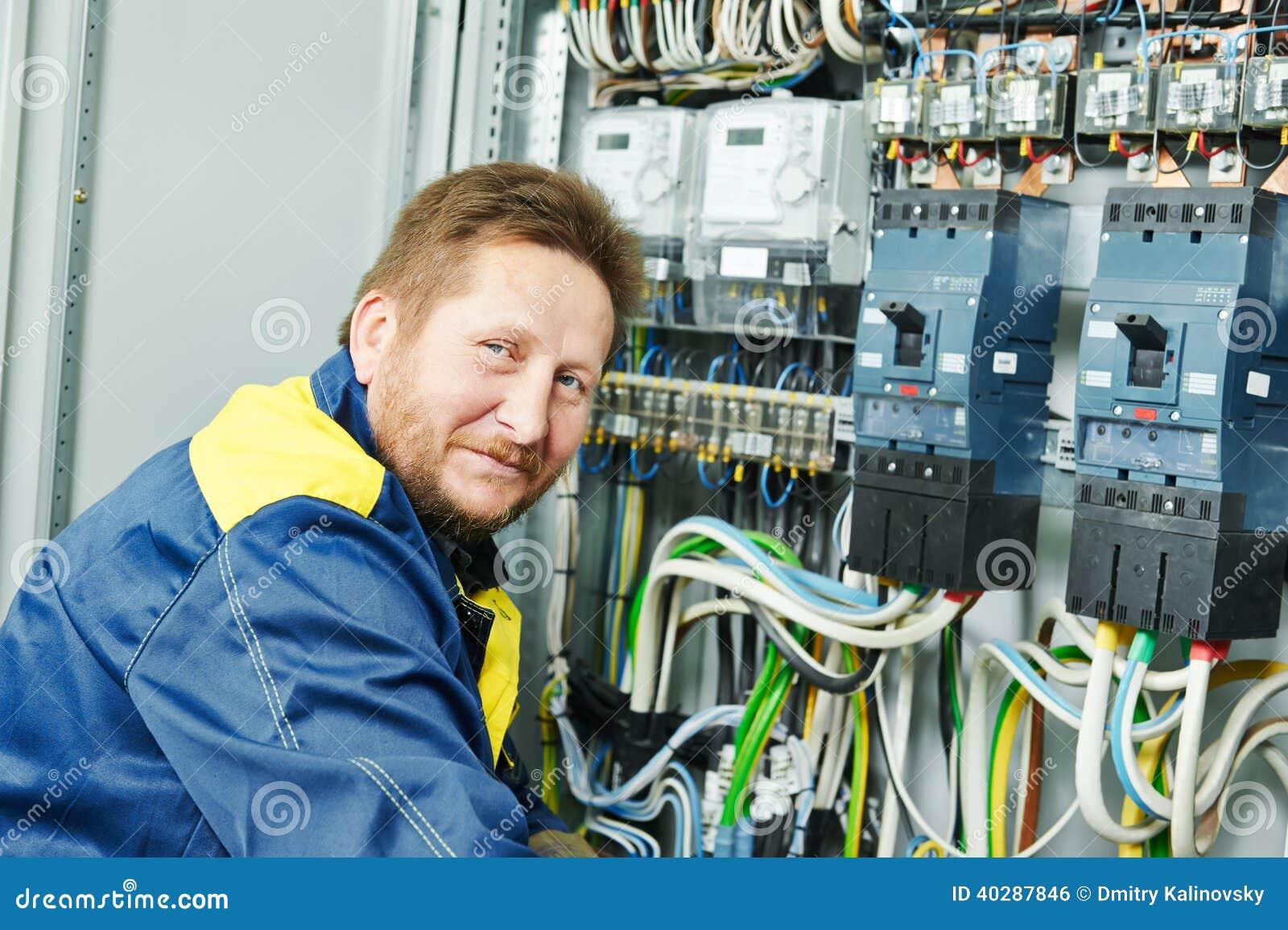 Счастливый работник инженера электрика