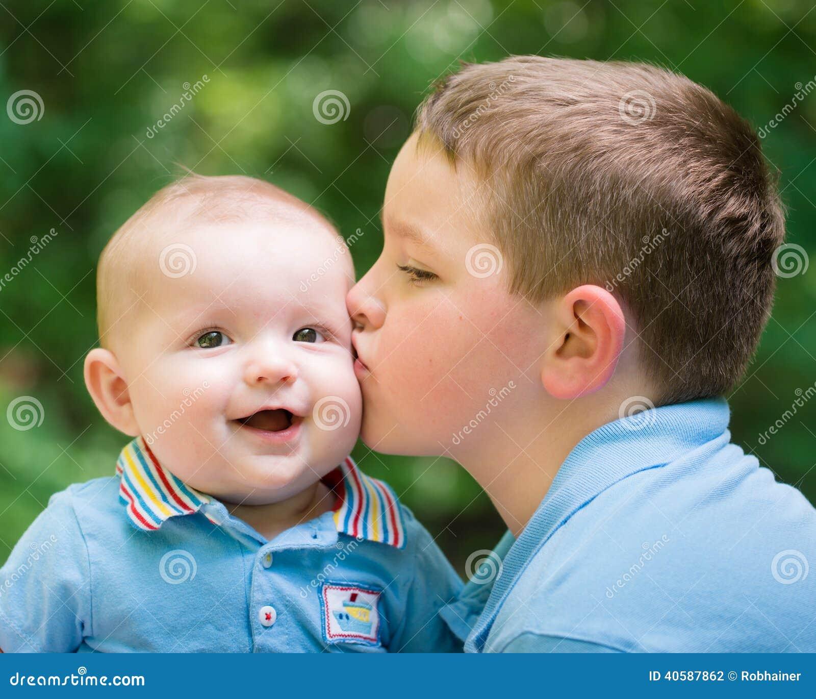 Счастливый ребёнок расцелованный его братом