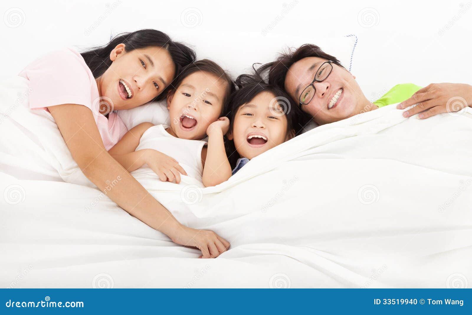 Счастливый   семья на кровати