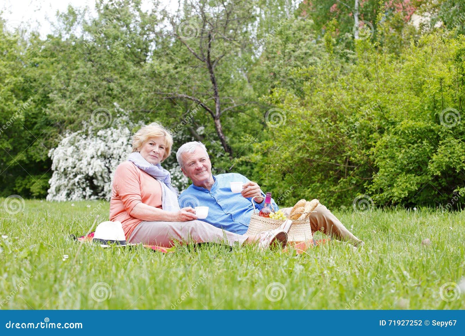 Счастливый старший ослаблять пар внешний