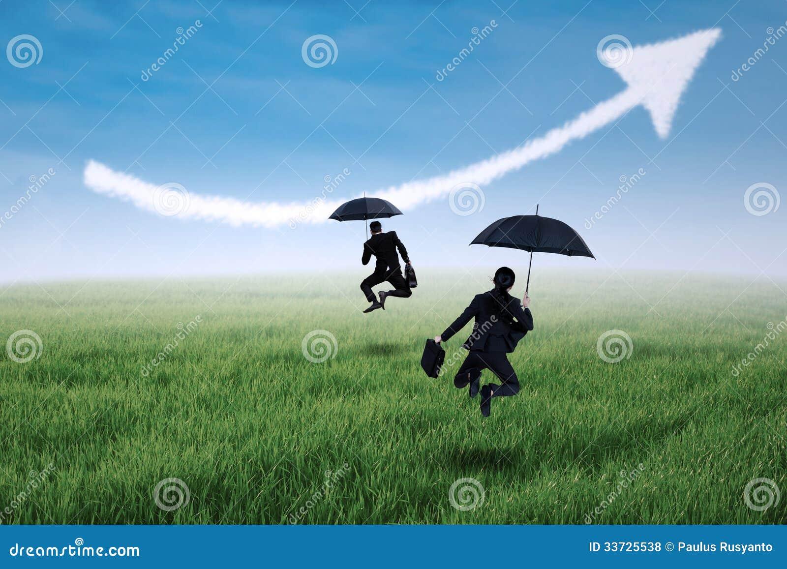 Счастливый страховой инспектор скача с зонтиком