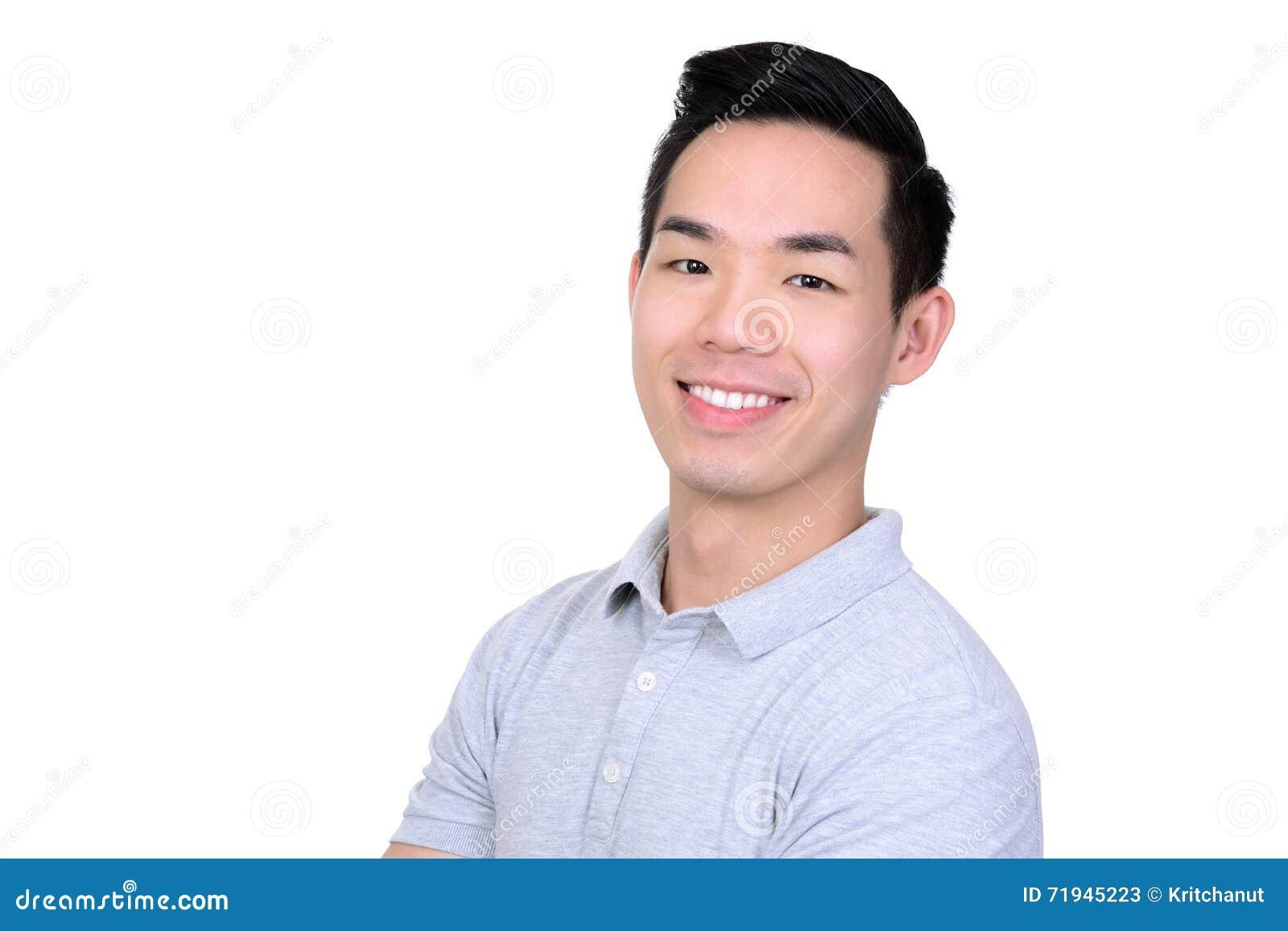 Счастливый усмехаясь молодой азиатский человек