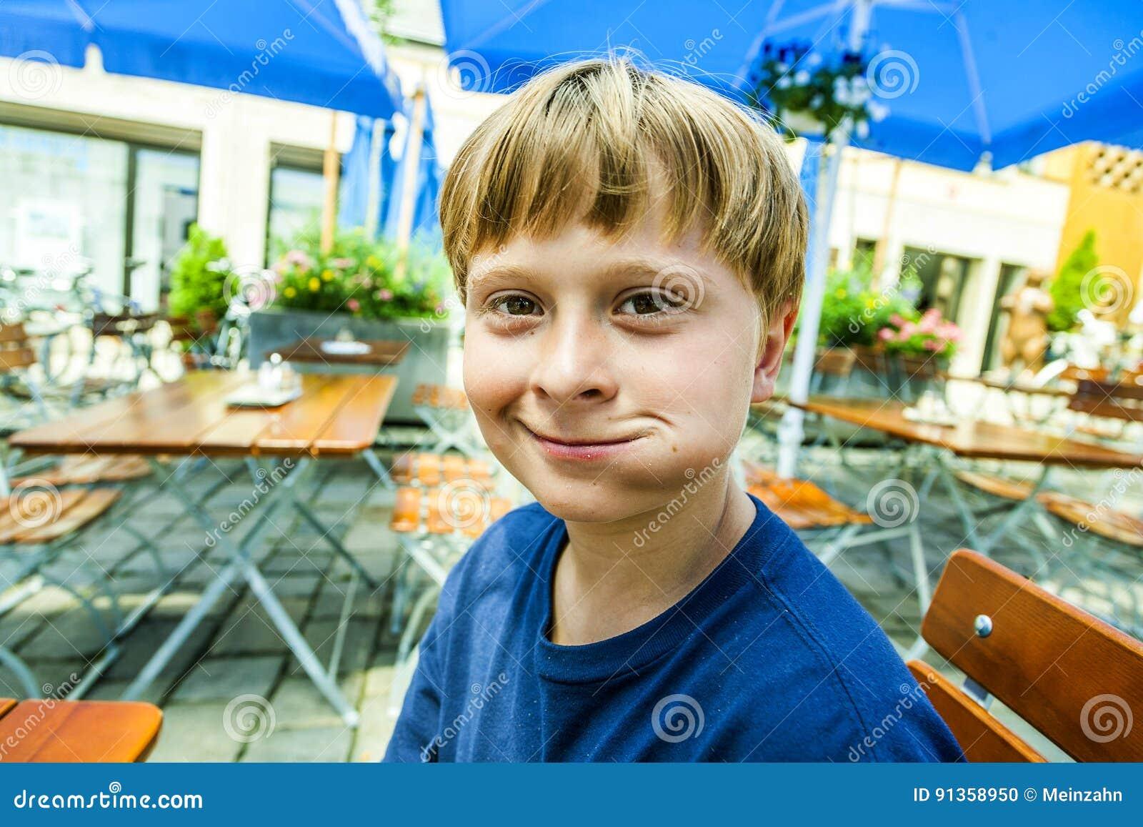 Счастливый усмехаясь ребенок наслаждается съесть