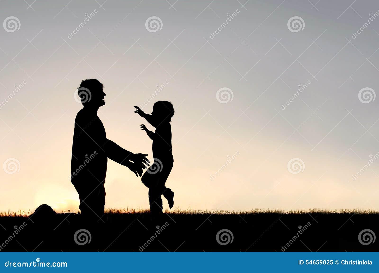 Счастливый ход маленького ребенка для того чтобы приветствовать силуэт папы