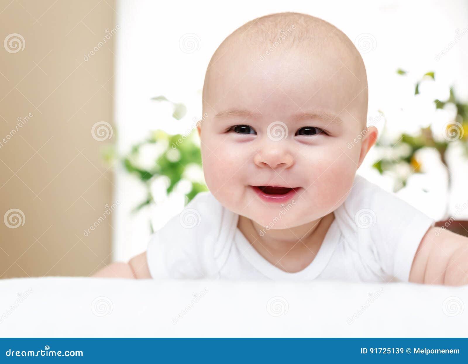 Счастливый newborn усмехаться ребёнка