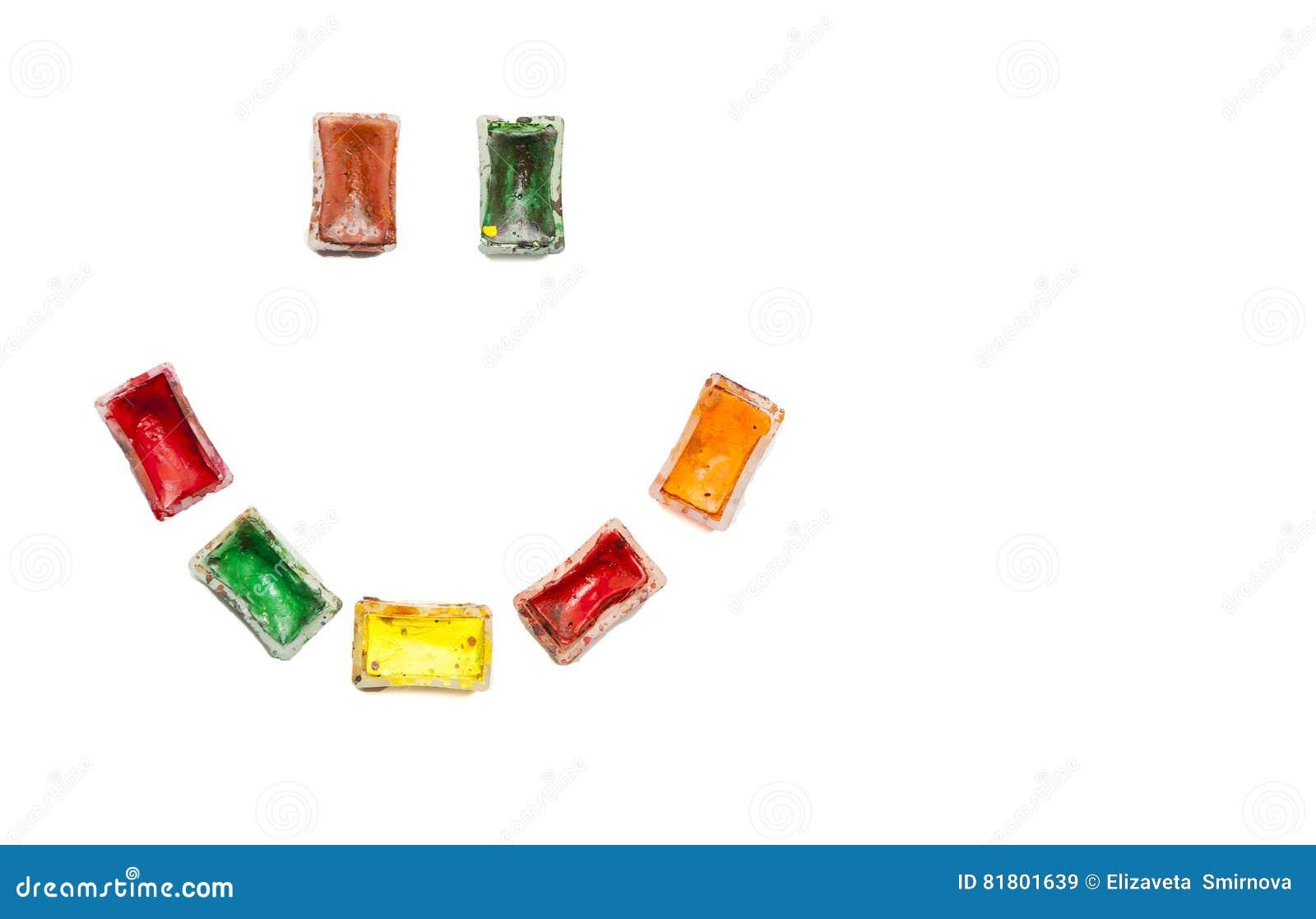 Счастливый smiley сделанный из используемых старых красочных красок акварели на белой предпосылке Утеха и воодушевленность во вре