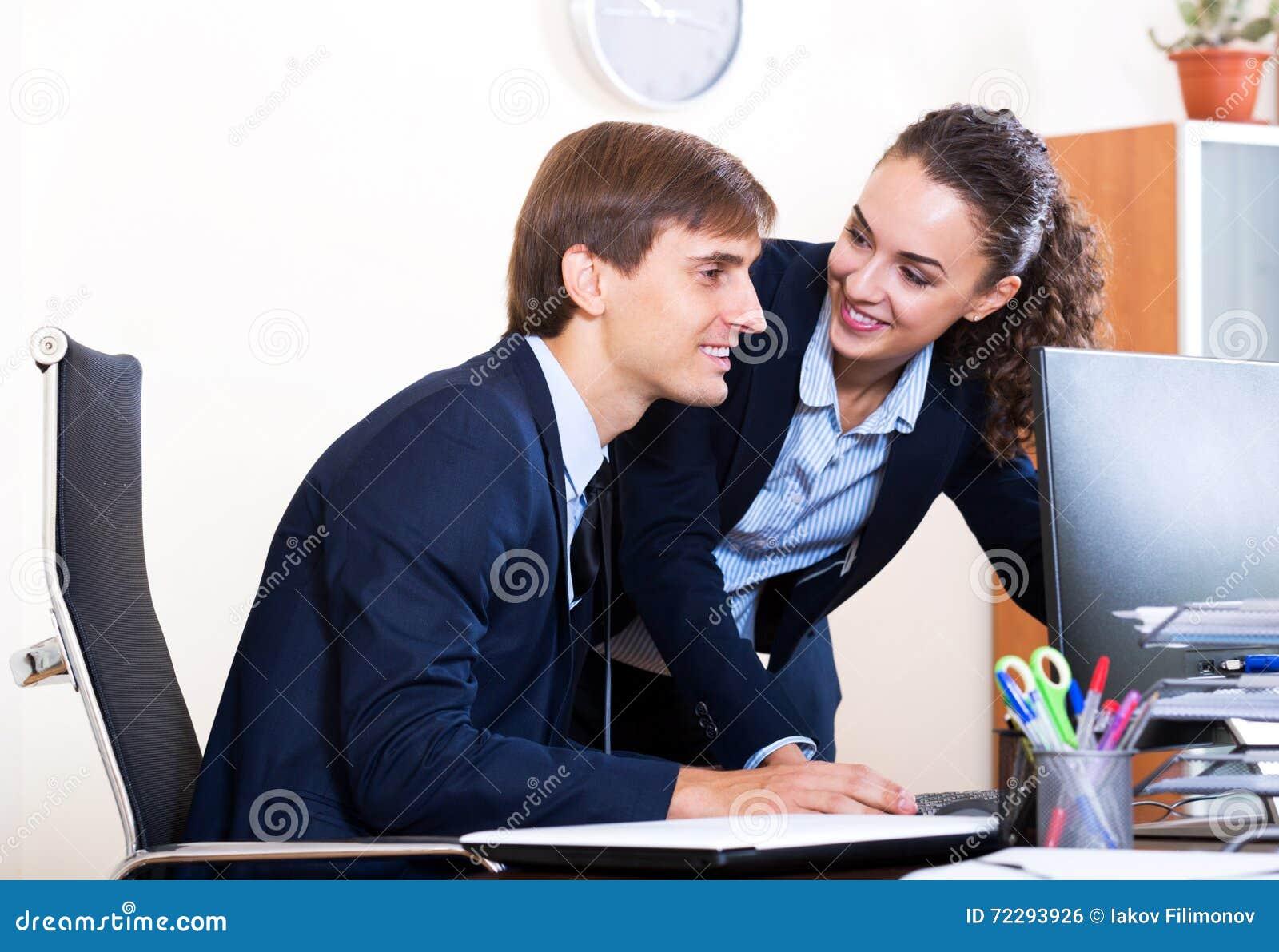 Download 2 счастливых работника в офисе Стоковое Фото - изображение насчитывающей положительно, американская: 72293926