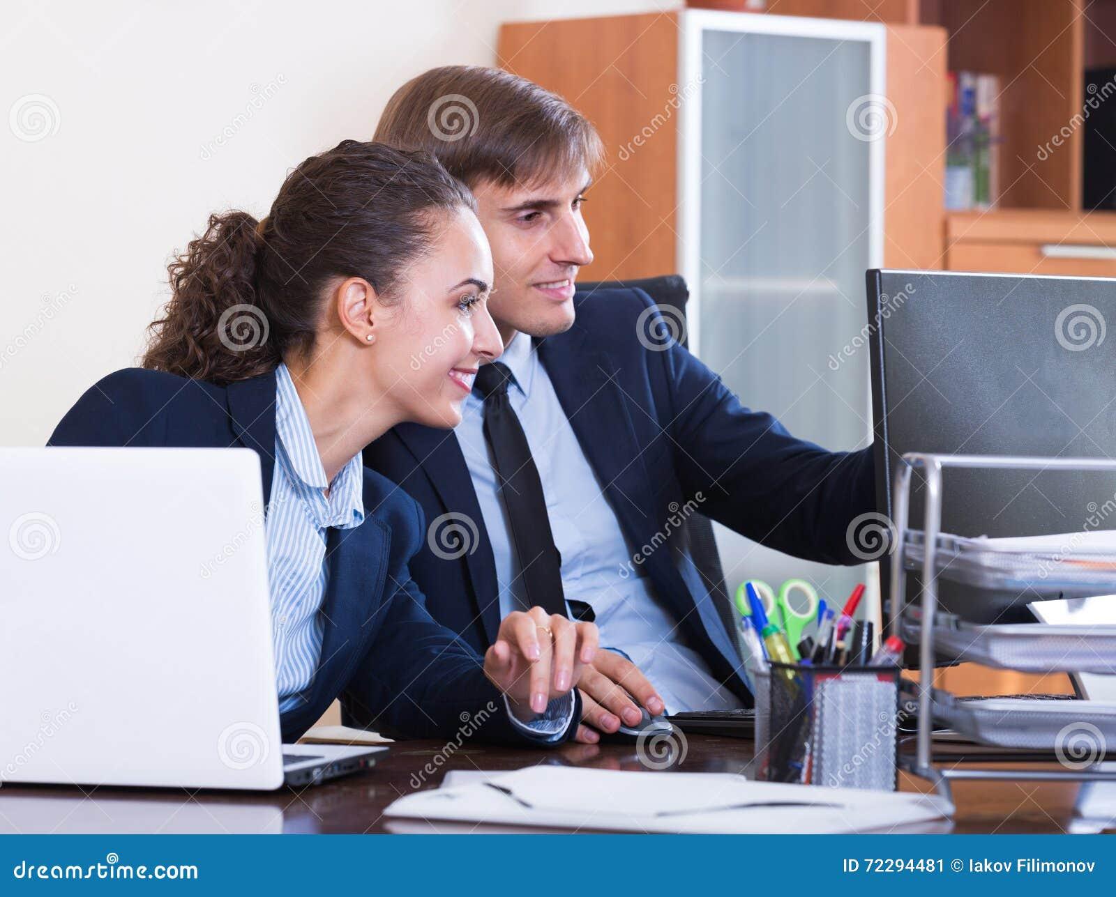 Download 2 счастливых работника в офисе Стоковое Изображение - изображение насчитывающей усмешка, офис: 72294481