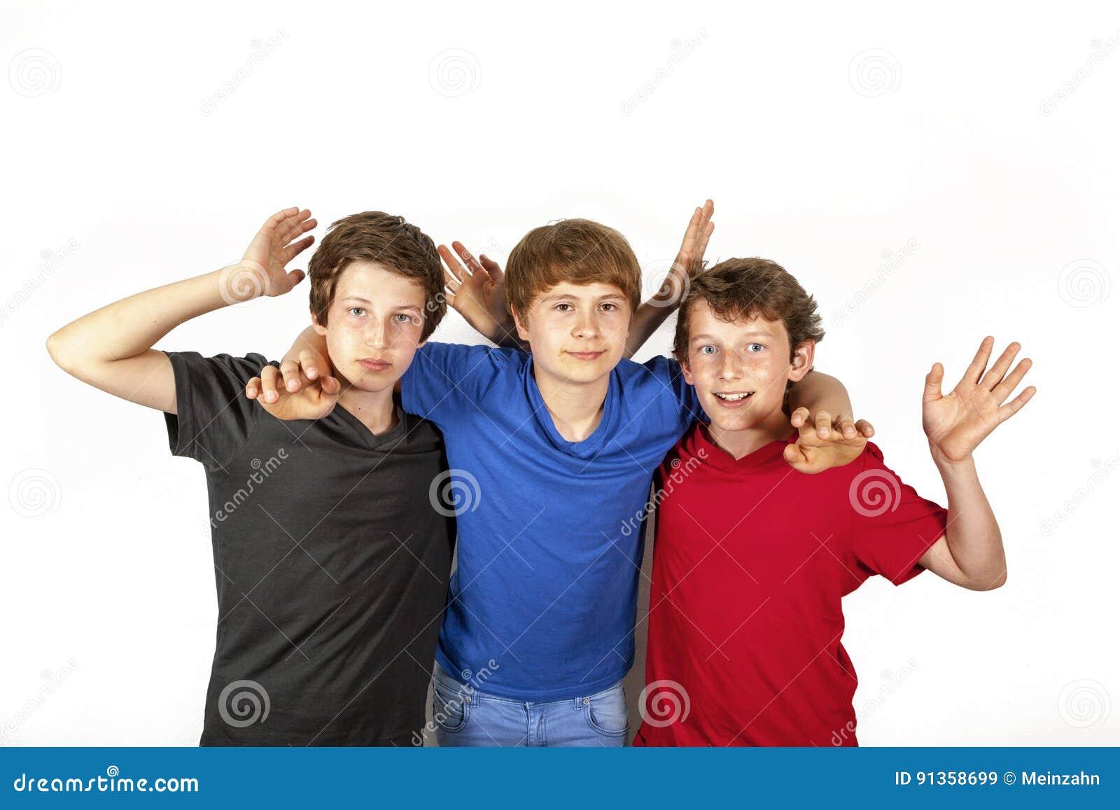 3 счастливых радостных друз в голубом, красном цвете и черноте