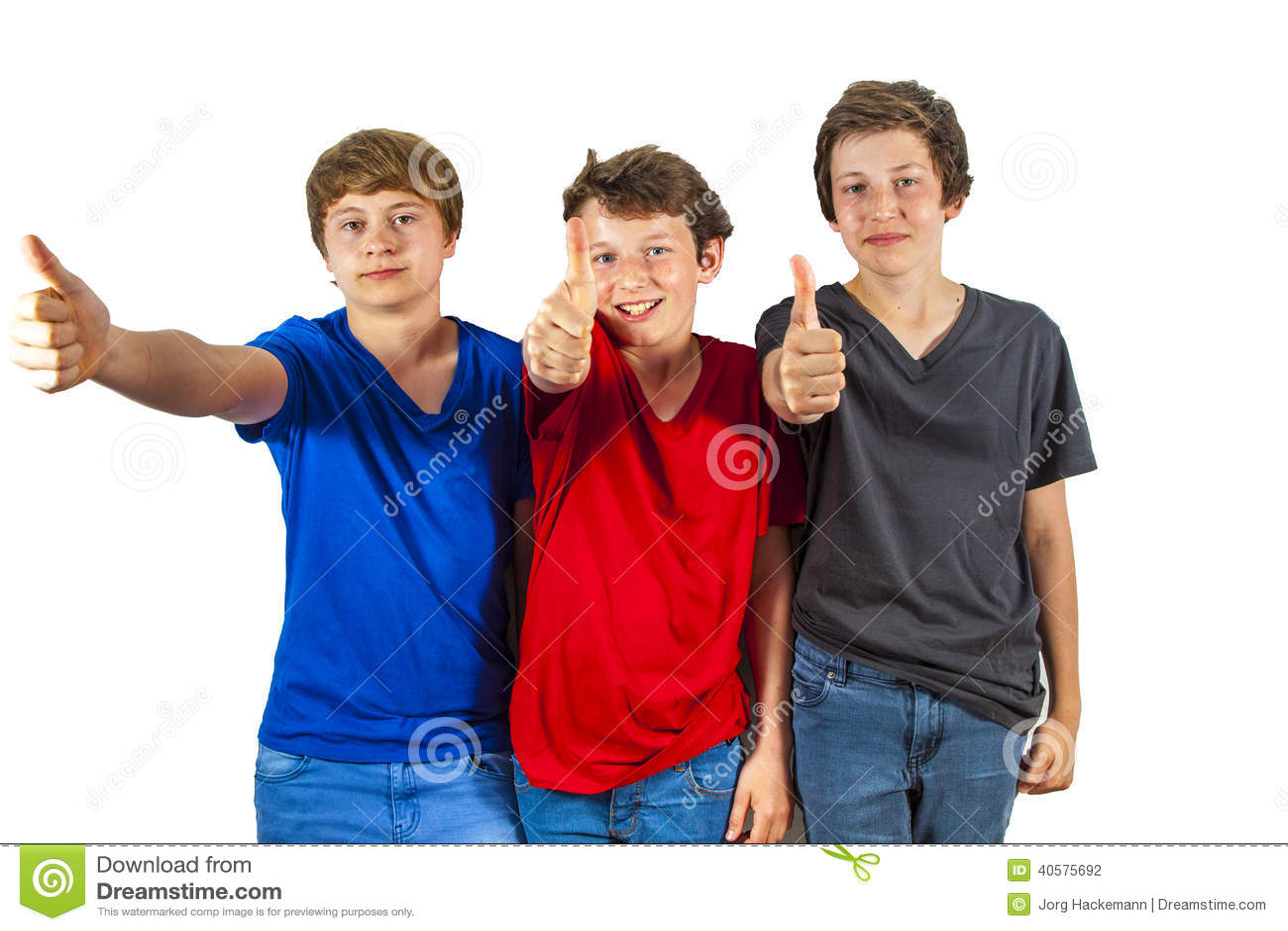 3 счастливых радостных друз наслаждаются