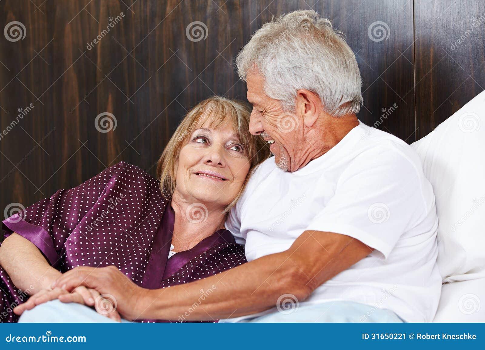 Старик ебет проститутку, Старик и молодая шлюха -видео. Смотреть Старик 23 фотография