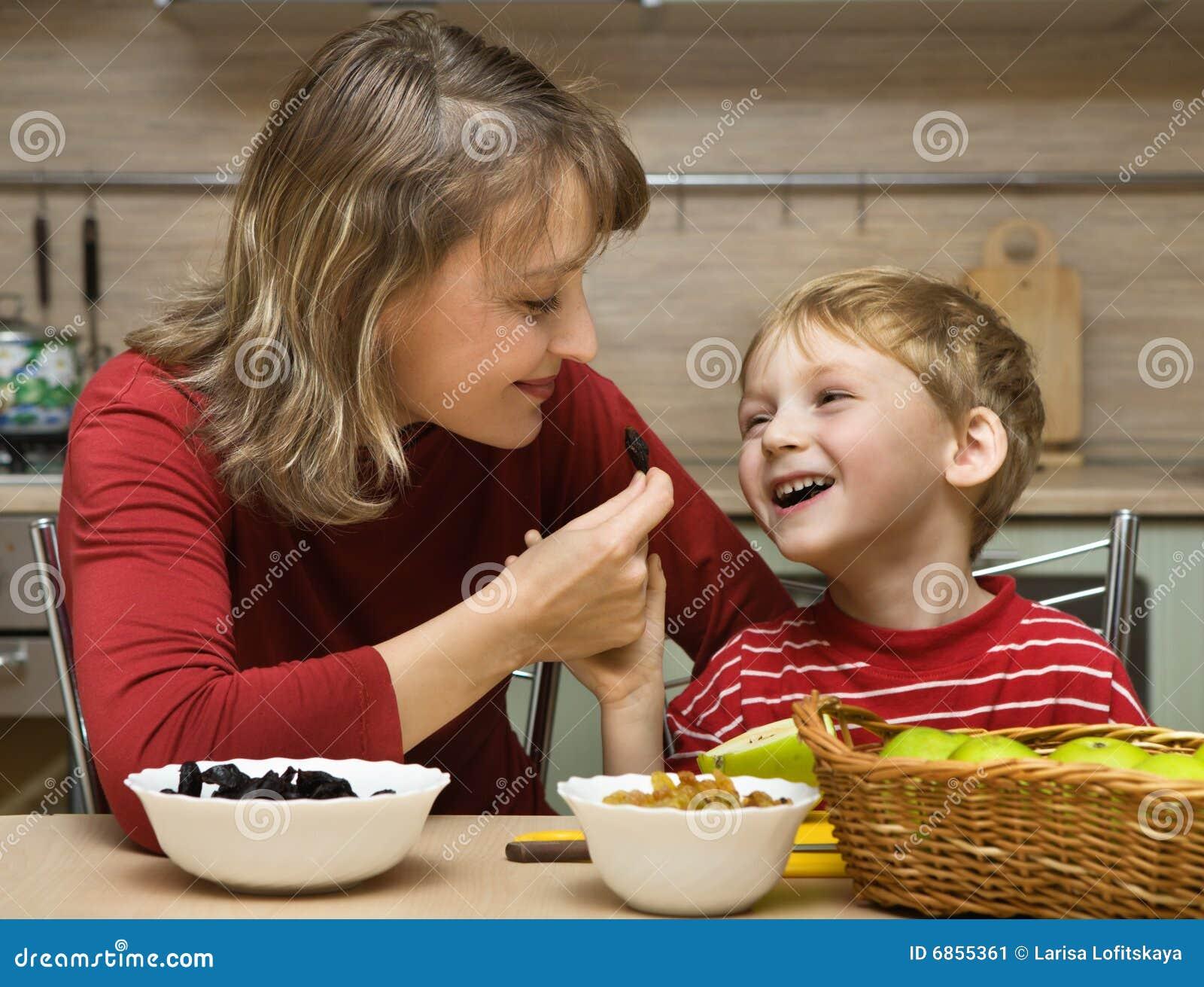 съеденная ребенком мать кухни плодоовощ