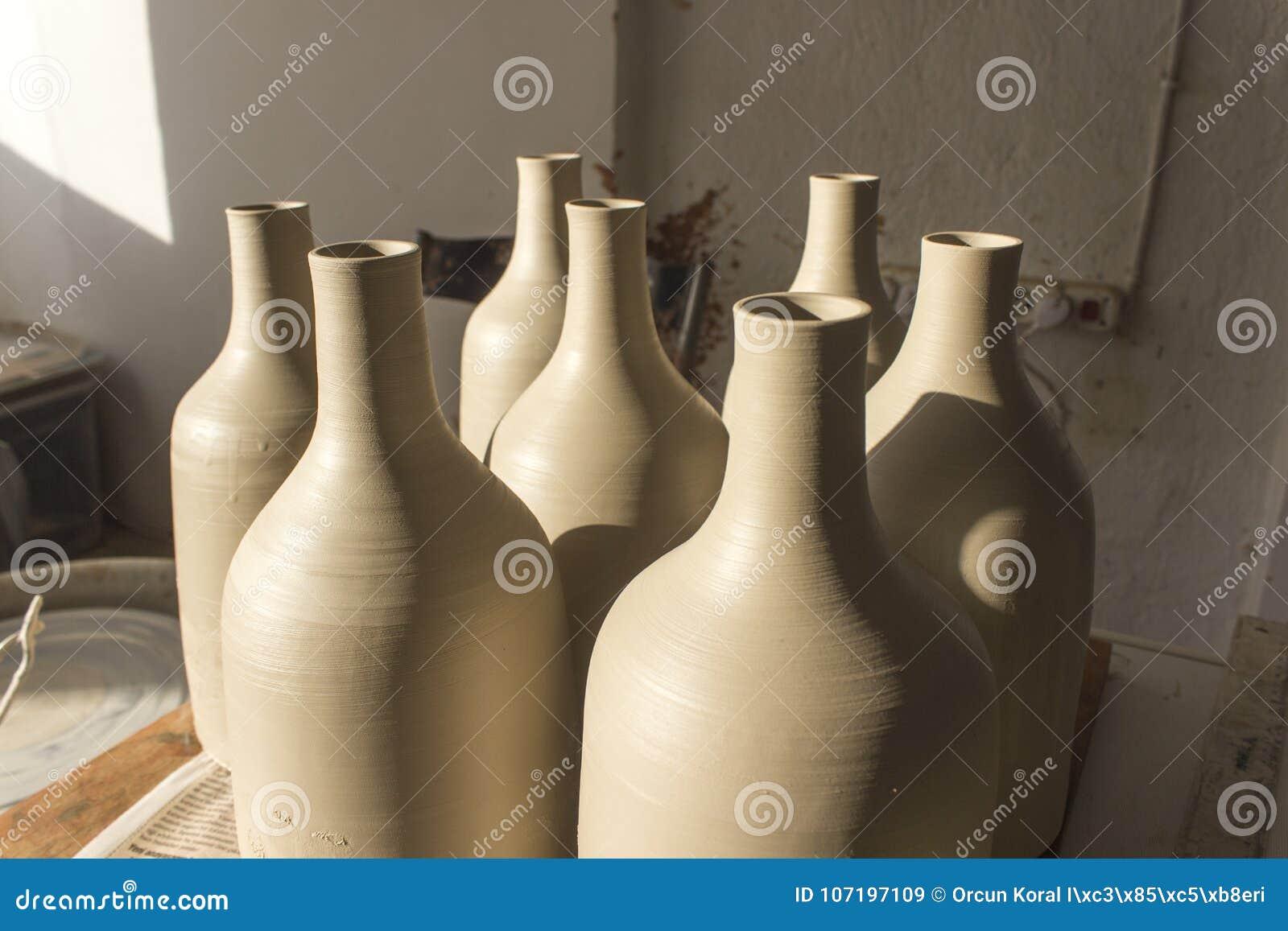 Съемка вид спереди для серии традиционного handmade дизайна бутылки от материала серого цвета сырцового керамического после сваре