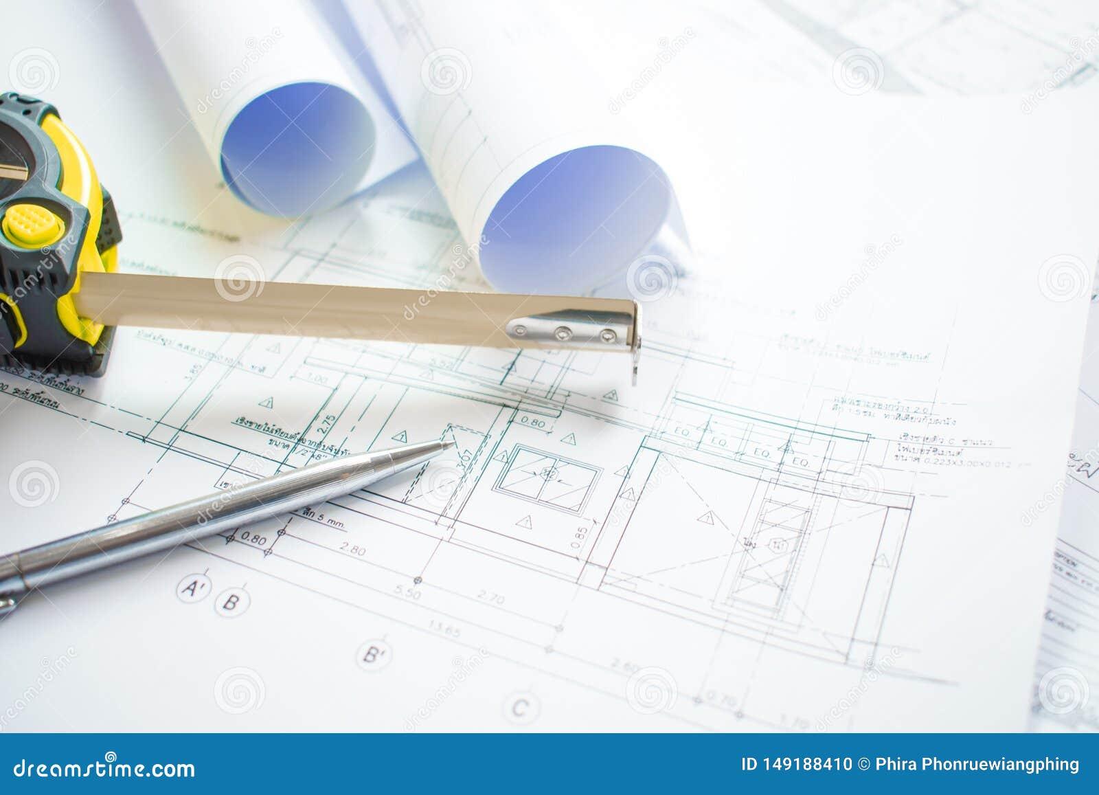 Съемки конца-вверх офиса архитектора с проектами светокопии архитектурноакустическими, ручками, измеряя лентой и готовой к употре