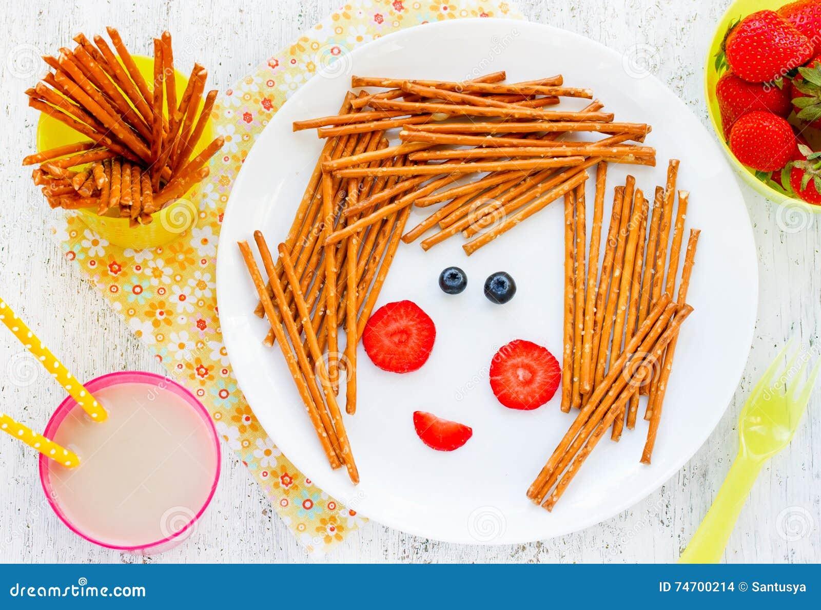Съестное изображение на плите - смешная сторона девушки ягод и coo