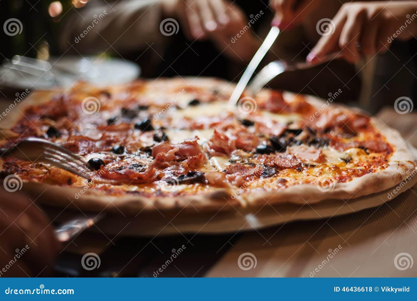 Съешьте пиццу мяса с друзьями