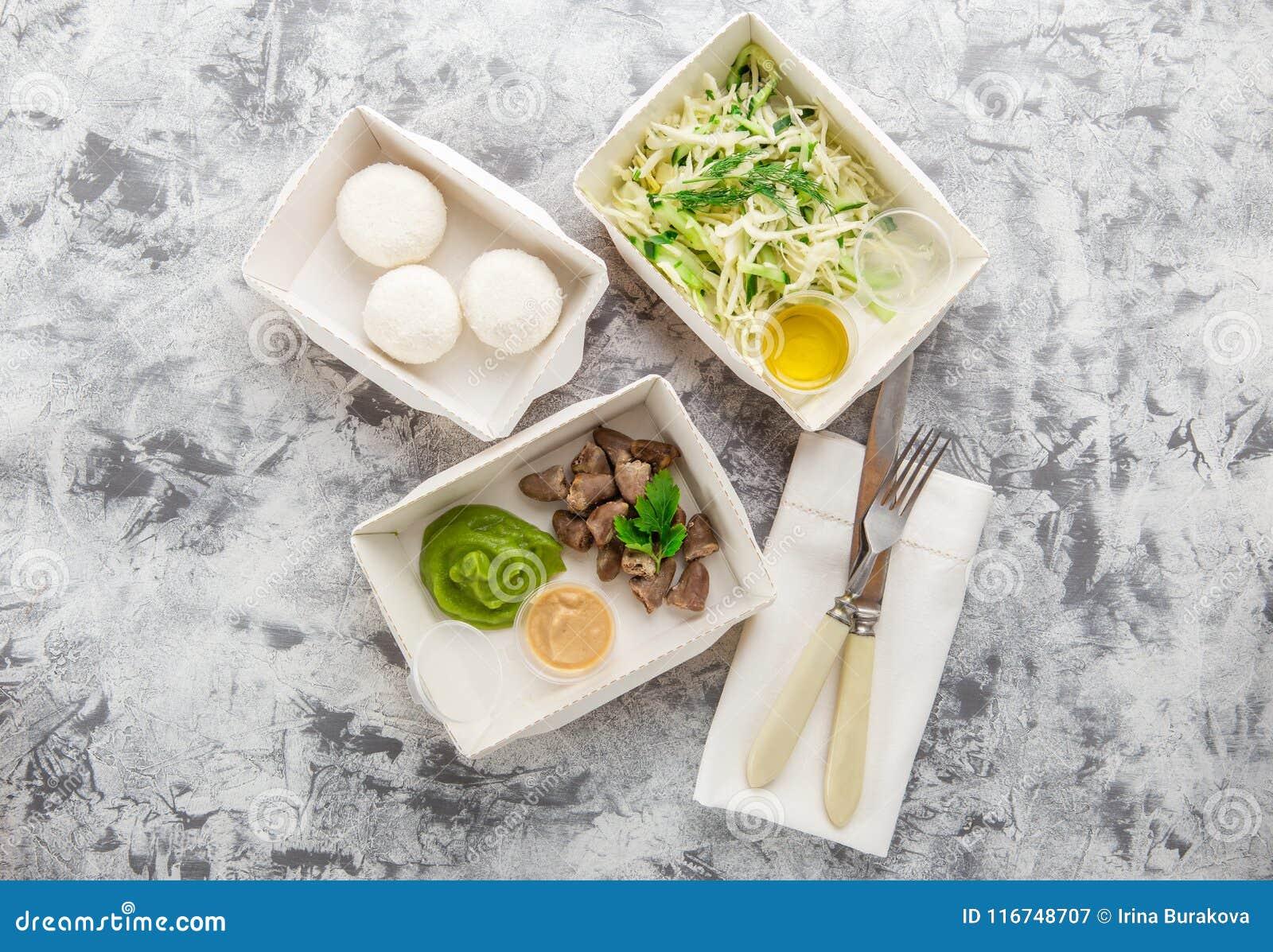 Съешьте правую концепцию, здоровую еду, взятие питания фитнеса прочь в бумажных коробках, взгляд сверху, положении квартиры