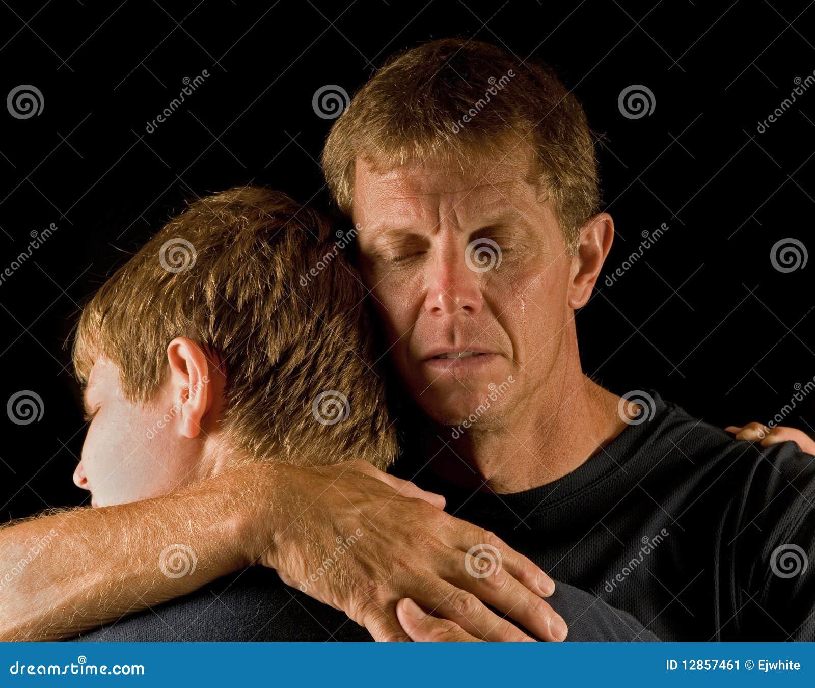сынок отца embrace плачущий