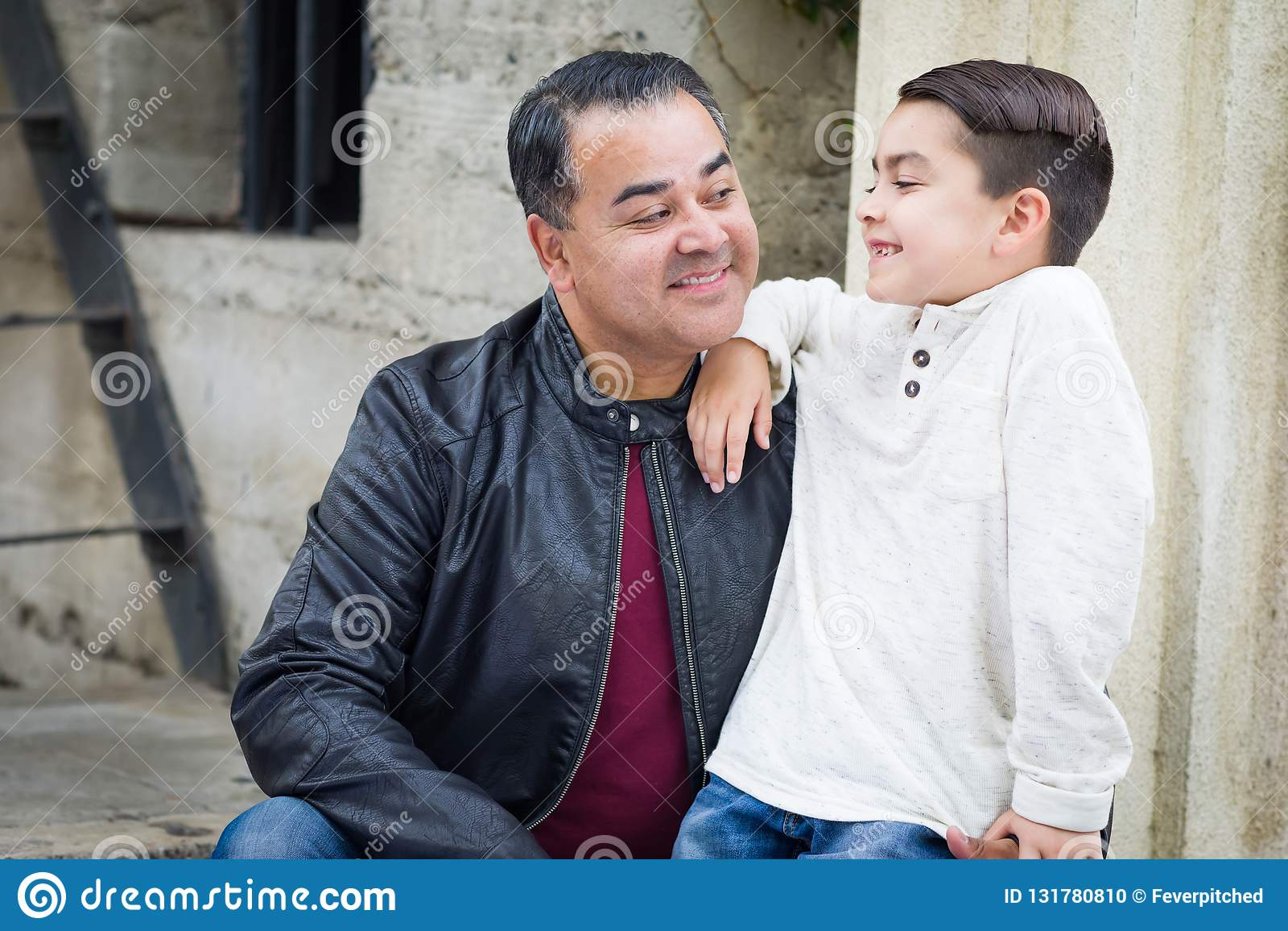 Сын и отец смешанной гонки испанский кавказский имея Chatp
