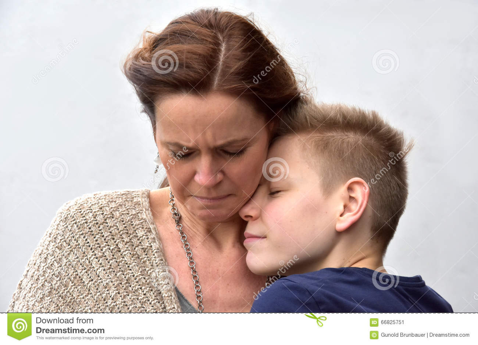 Сын утешает мать