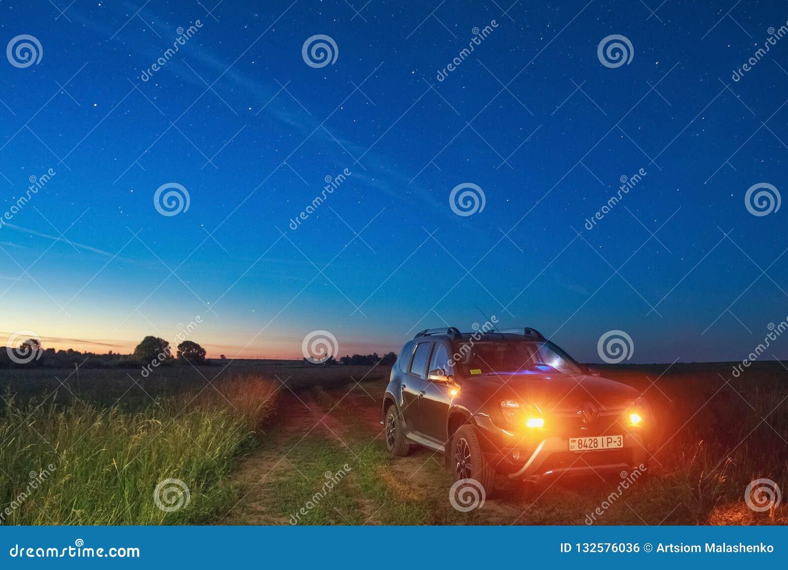 Сыпня Renault под небом на котором редкое небесное phenomeno