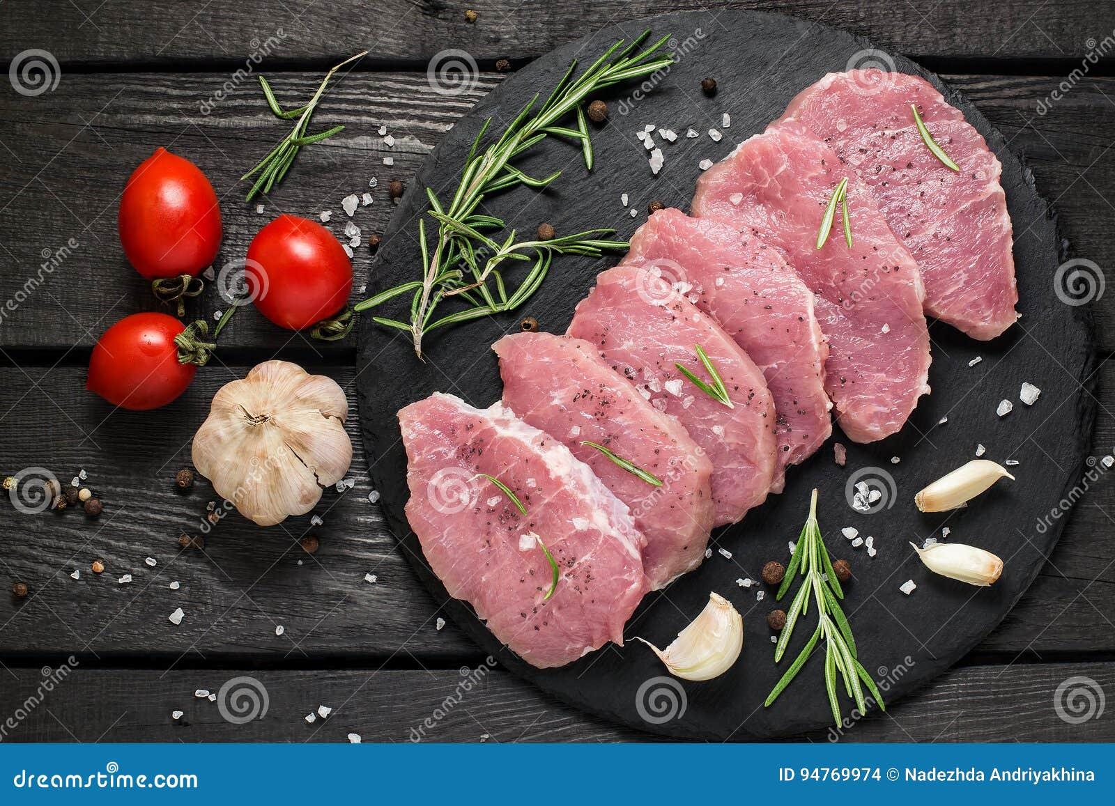 Сырцовые бескостные свиные отбивние, овощи, травы и специи