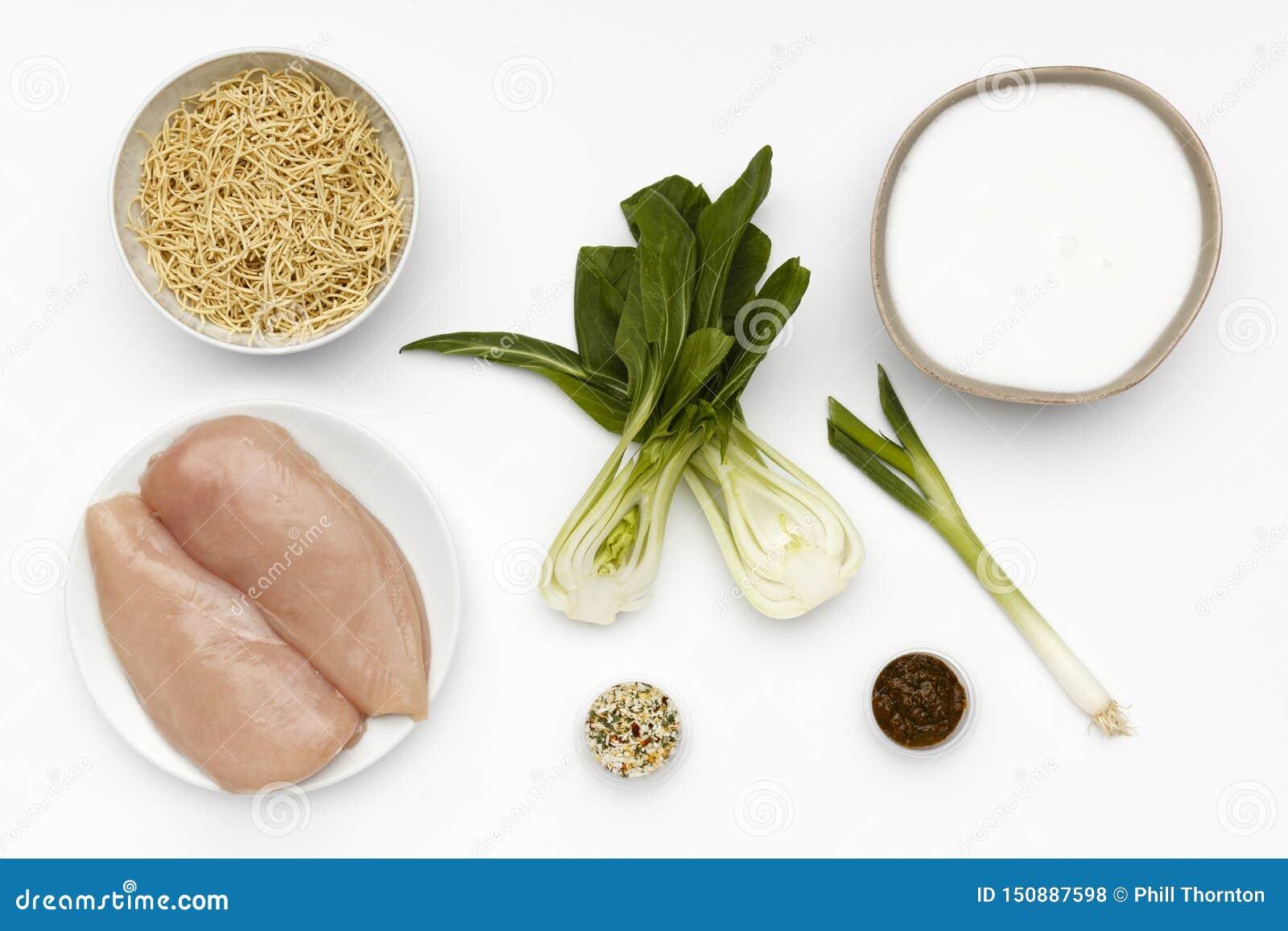 Сырцовые ингредиенты для шара очень вкусного цыпленка Laska и лапш с овощами и специей