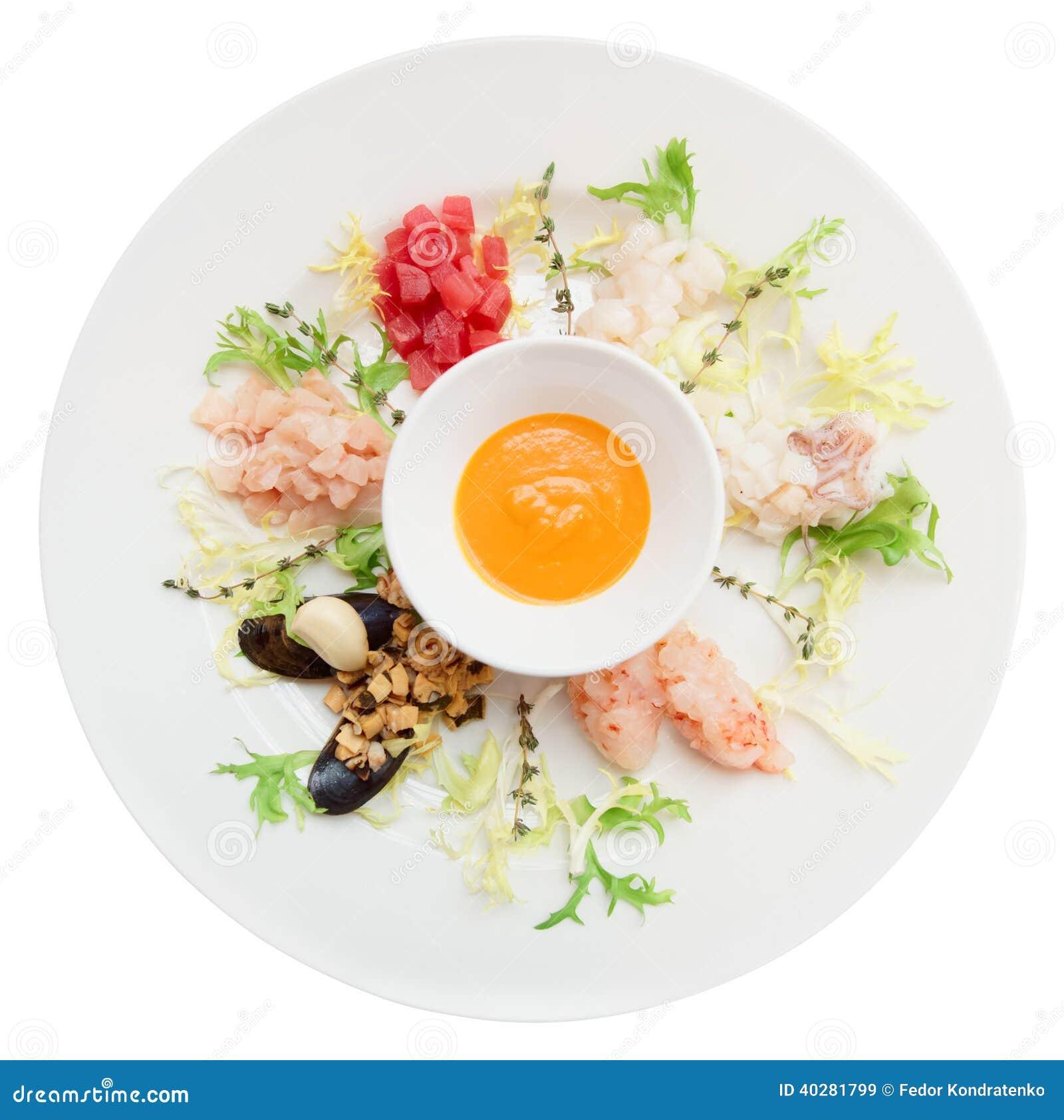 Сырцовые морепродукты в плите изолированной на белизне