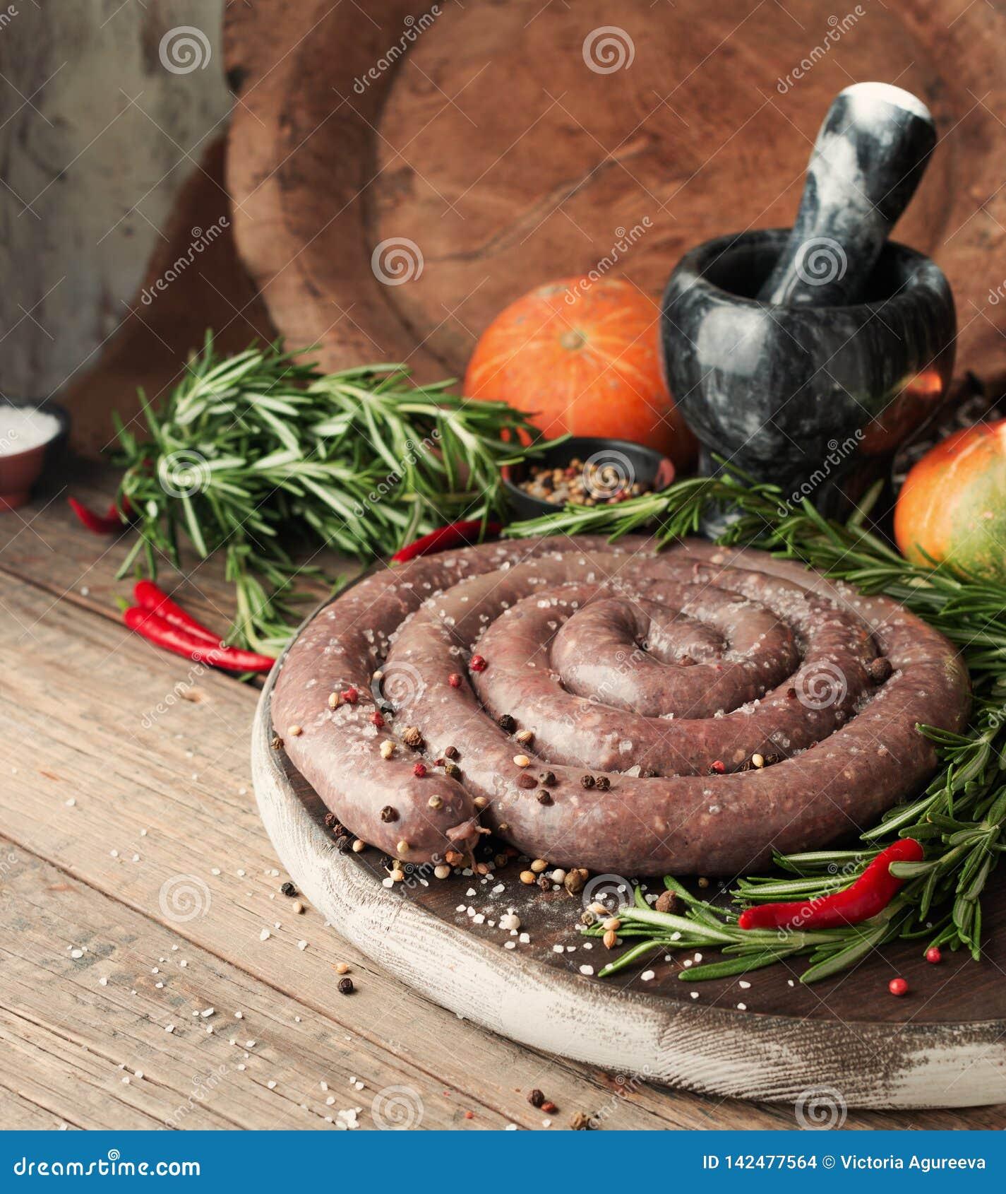 Сырцовые сосиски говядины, boerewors выборочного фокуса африканские