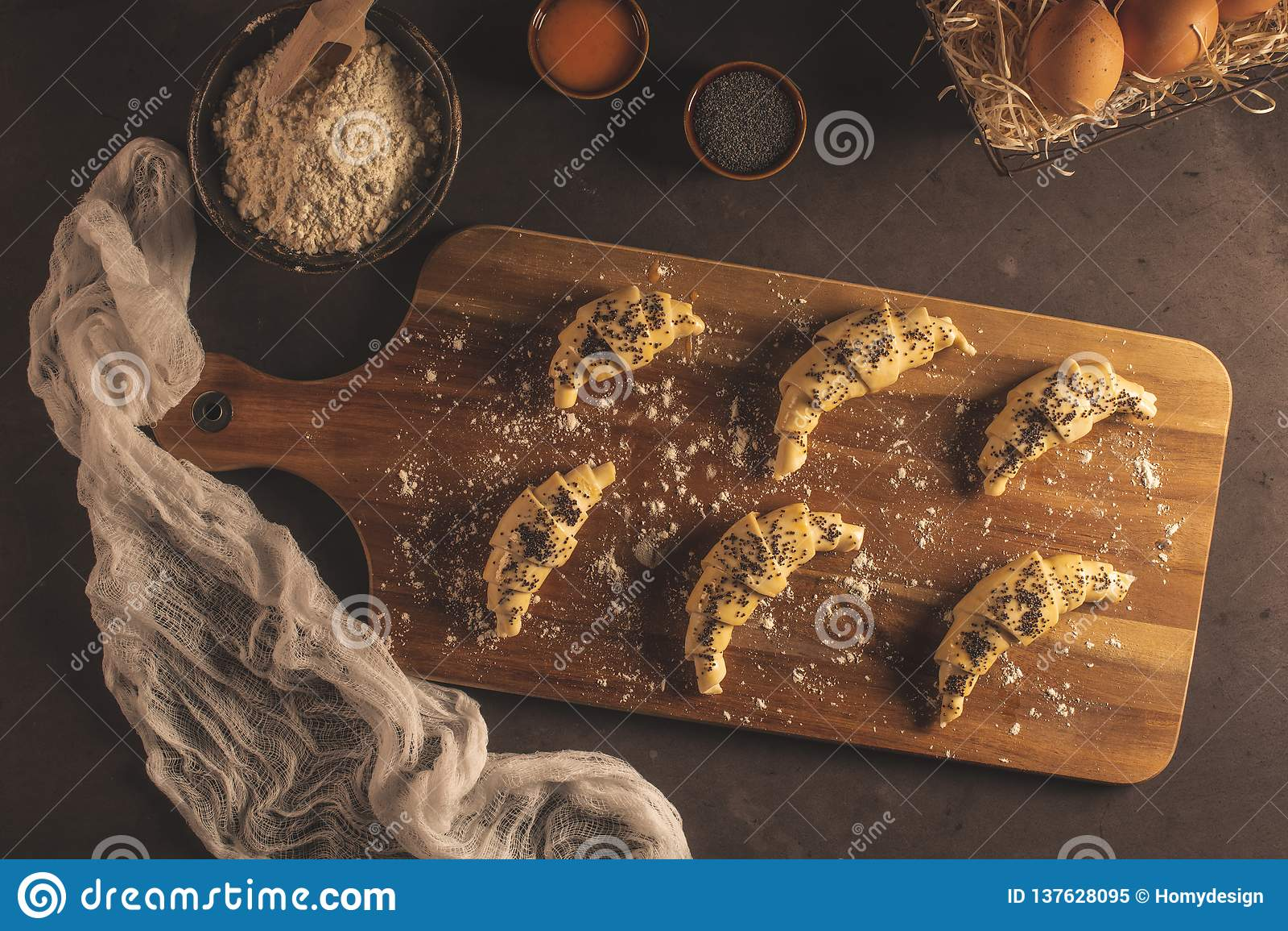 Сырцовый круассан с ингредиентами