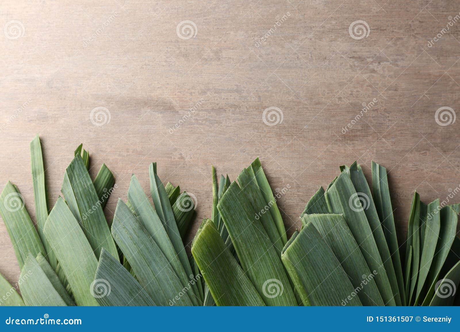 Сырцовый лук-порей на деревянном столе