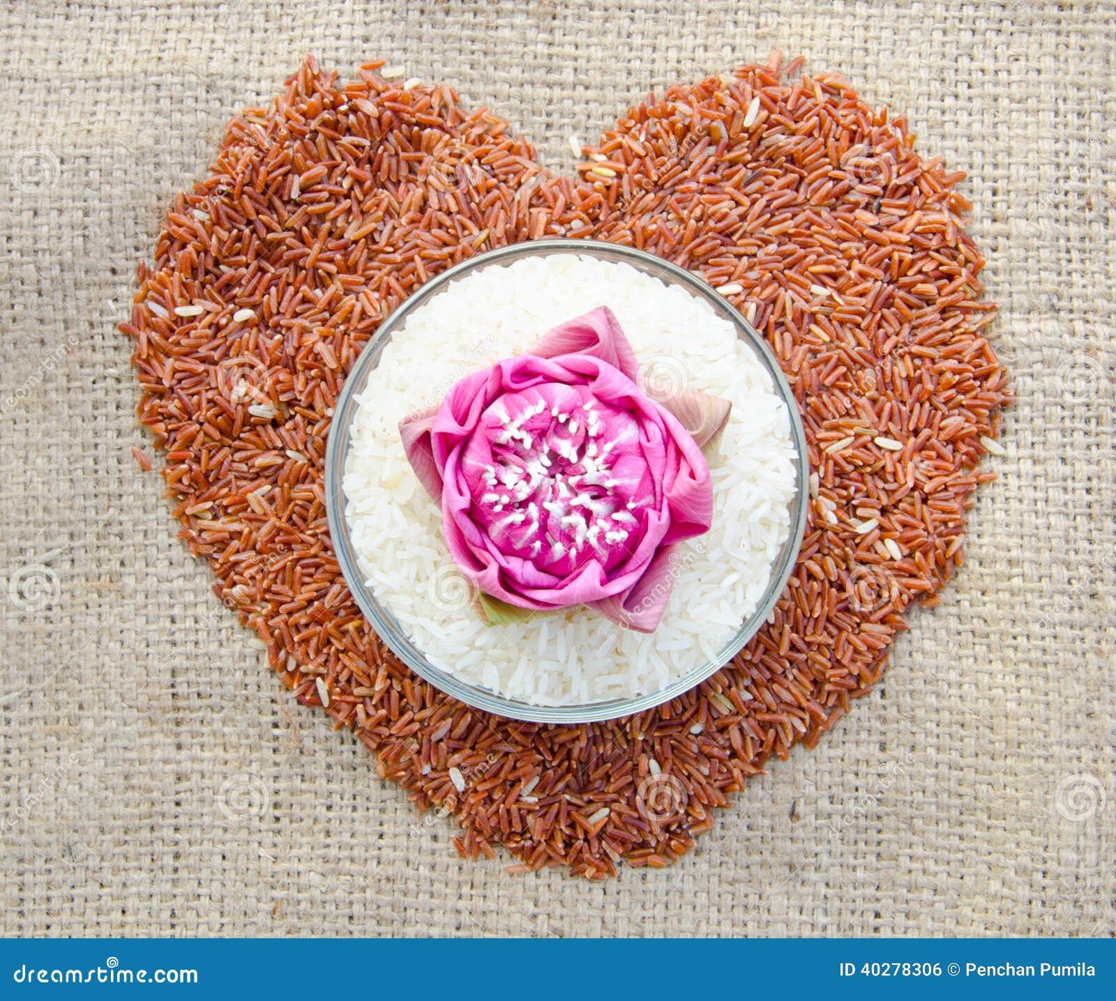 Сырцовый тайский рис жасмина и сырцовое сердце коричневого риса формируют
