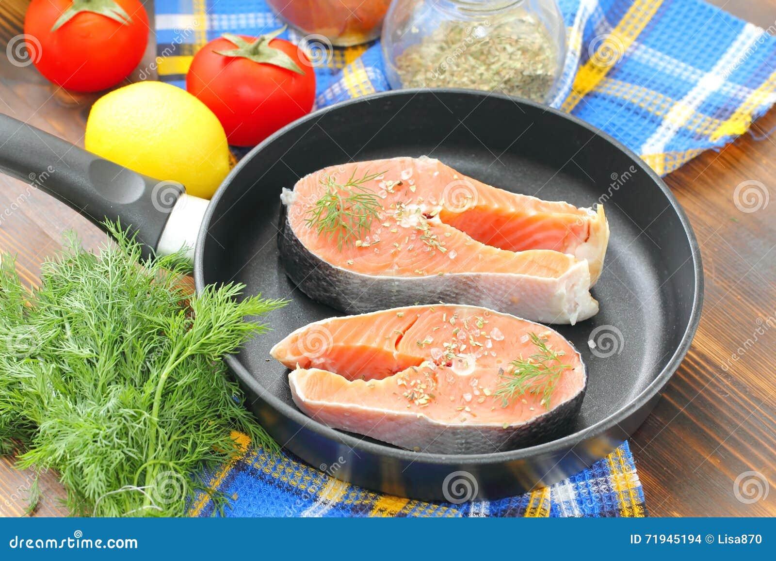 Сырые рыбы в лотке подготовленном для варить