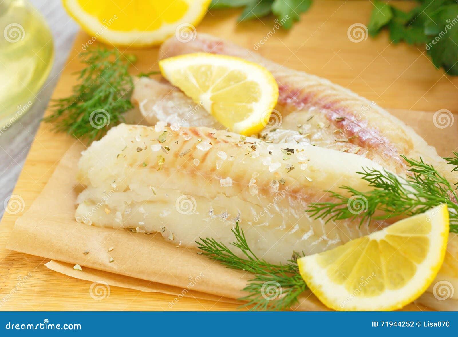 Сырые рыбы с специями и лимоном
