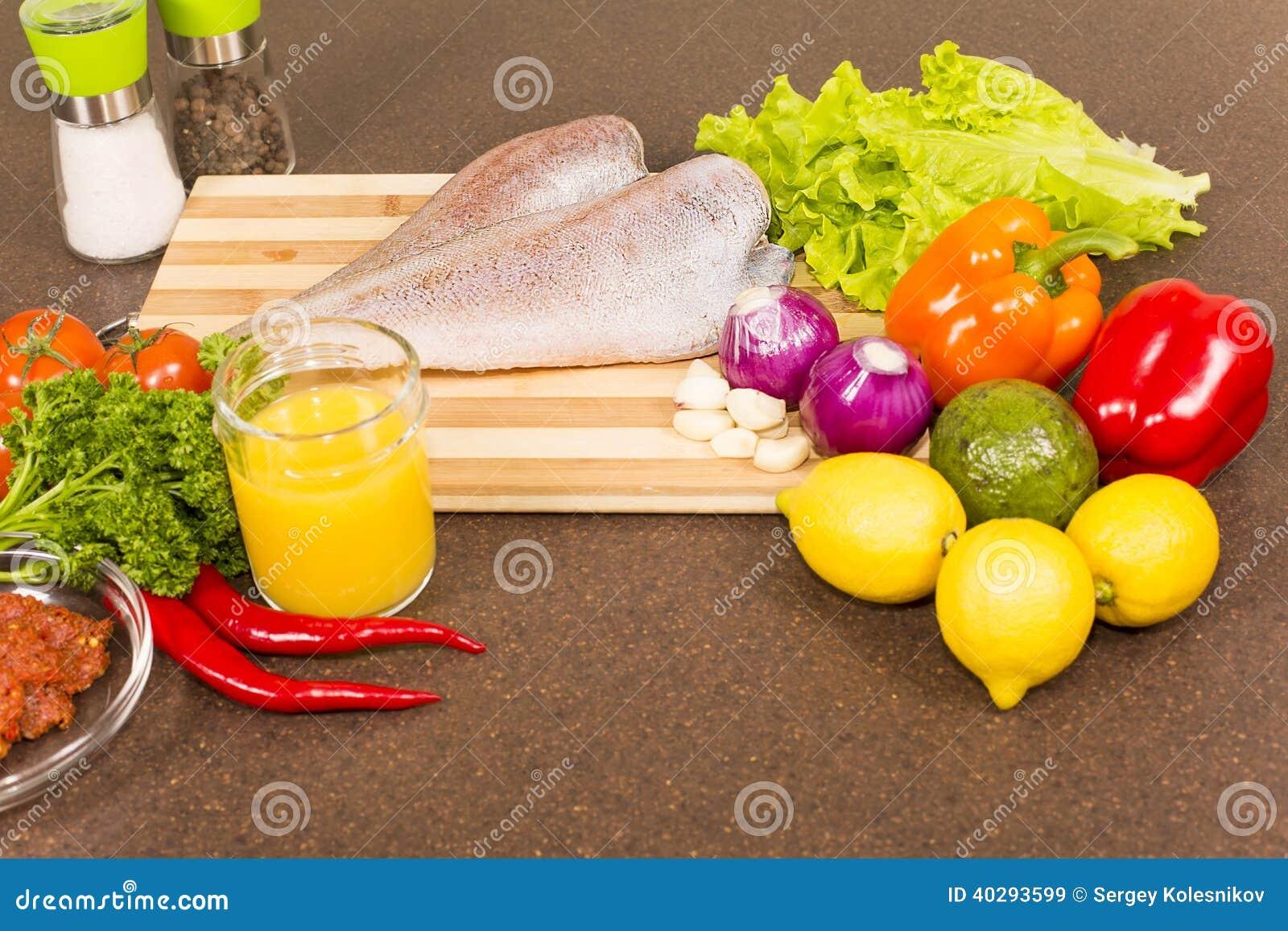 Сырые рыбы Brotola с свежими овощами