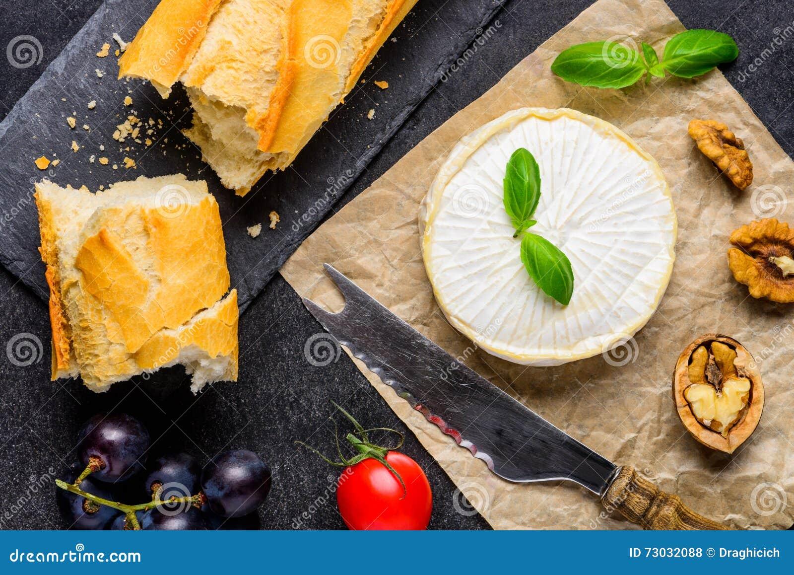 Сыр бри с французским хлебом