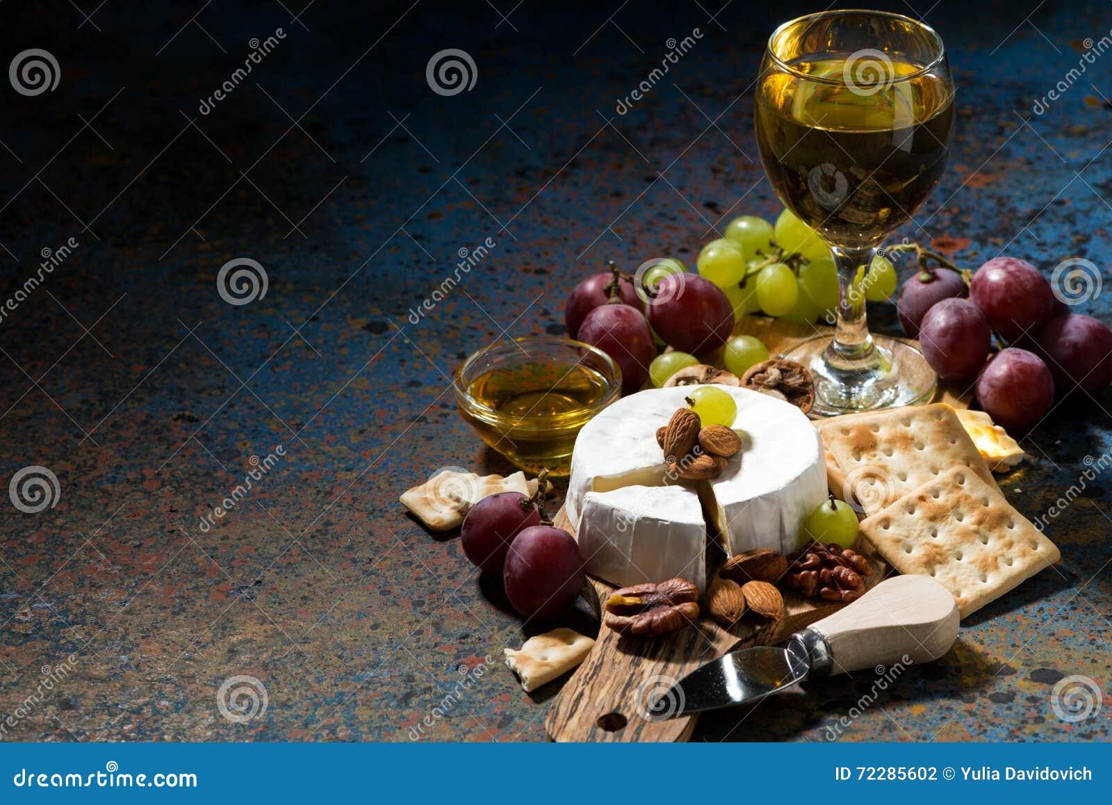 Download Сыр камамбера, закуски и стекло белого вина Стоковое Фото - изображение насчитывающей alchemy, еда: 72285602