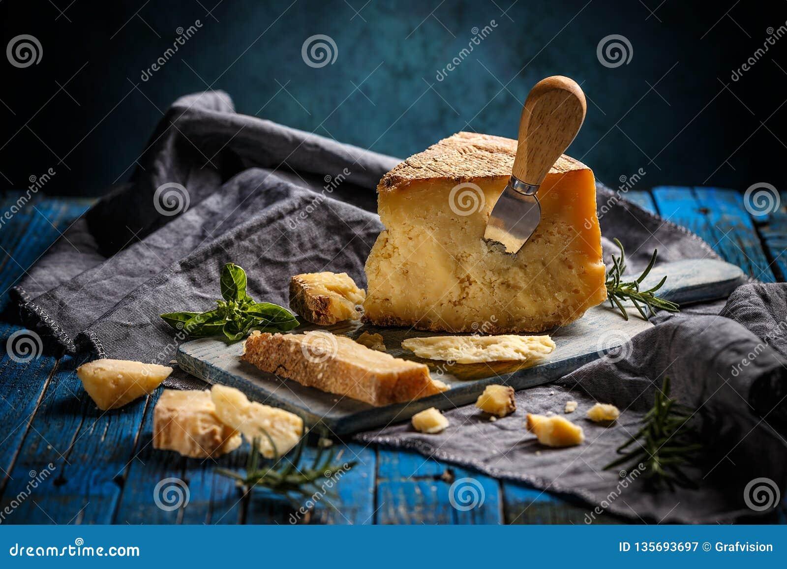 Сыр пармезан, натюрморт