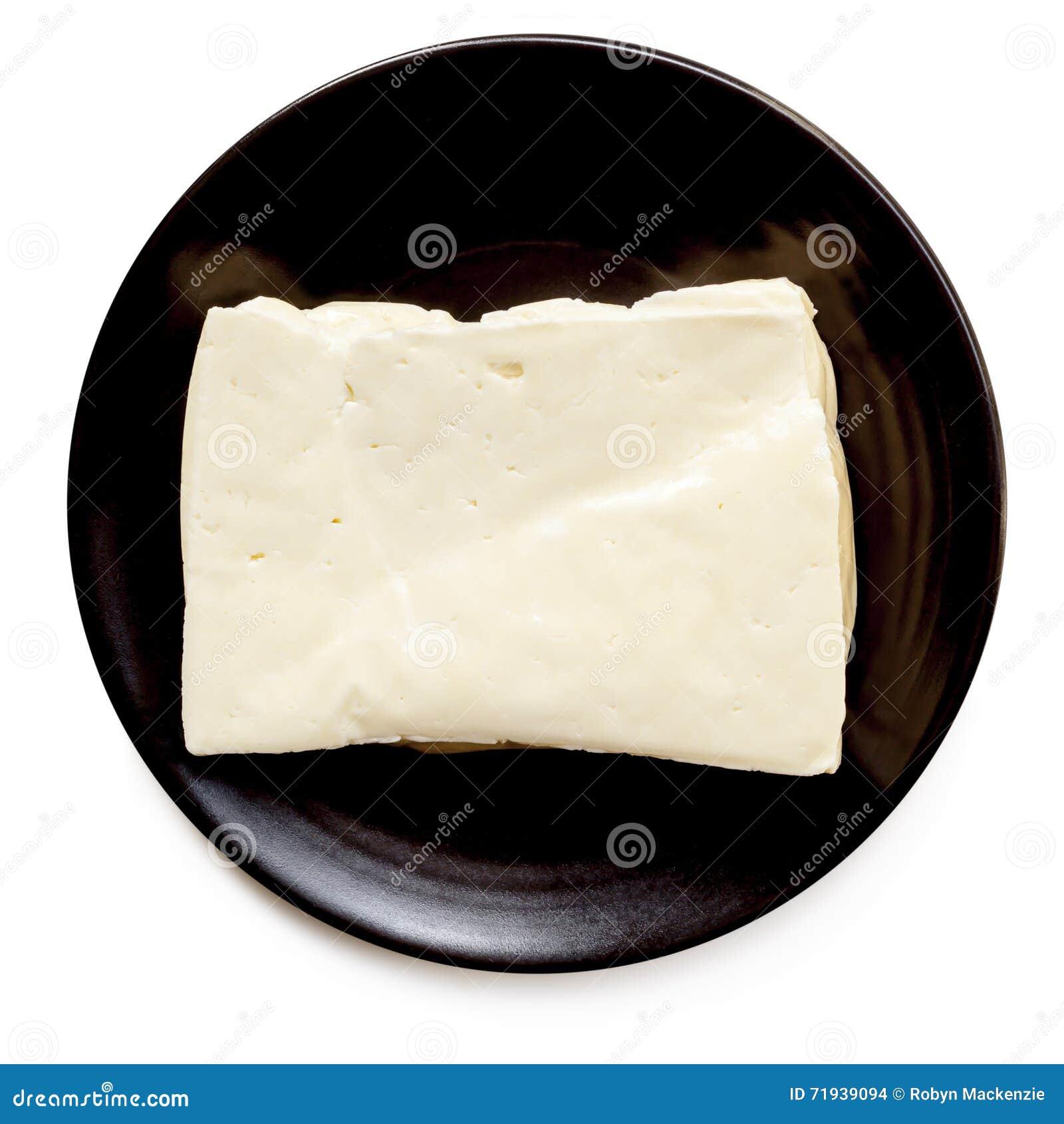 Сыр Halloumi на черной изолированной плите