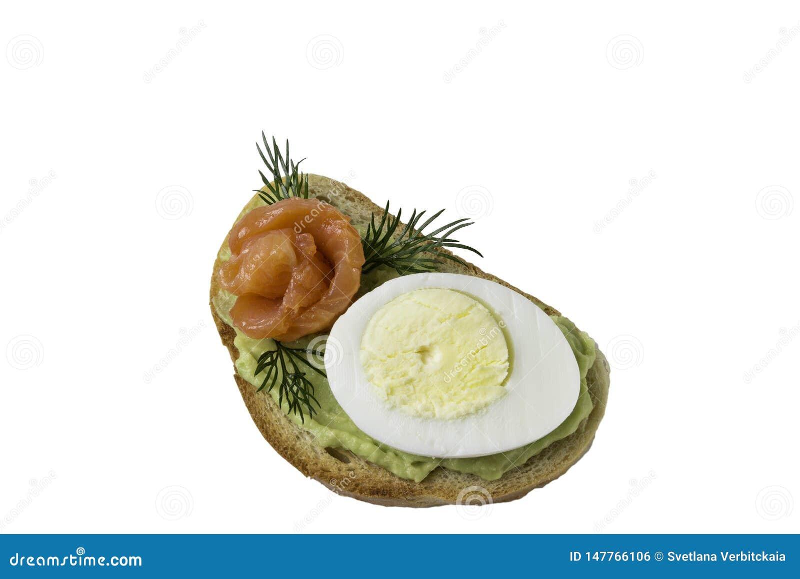 Сэндвич с яйцом и авокадоом семг на белой предпосылке