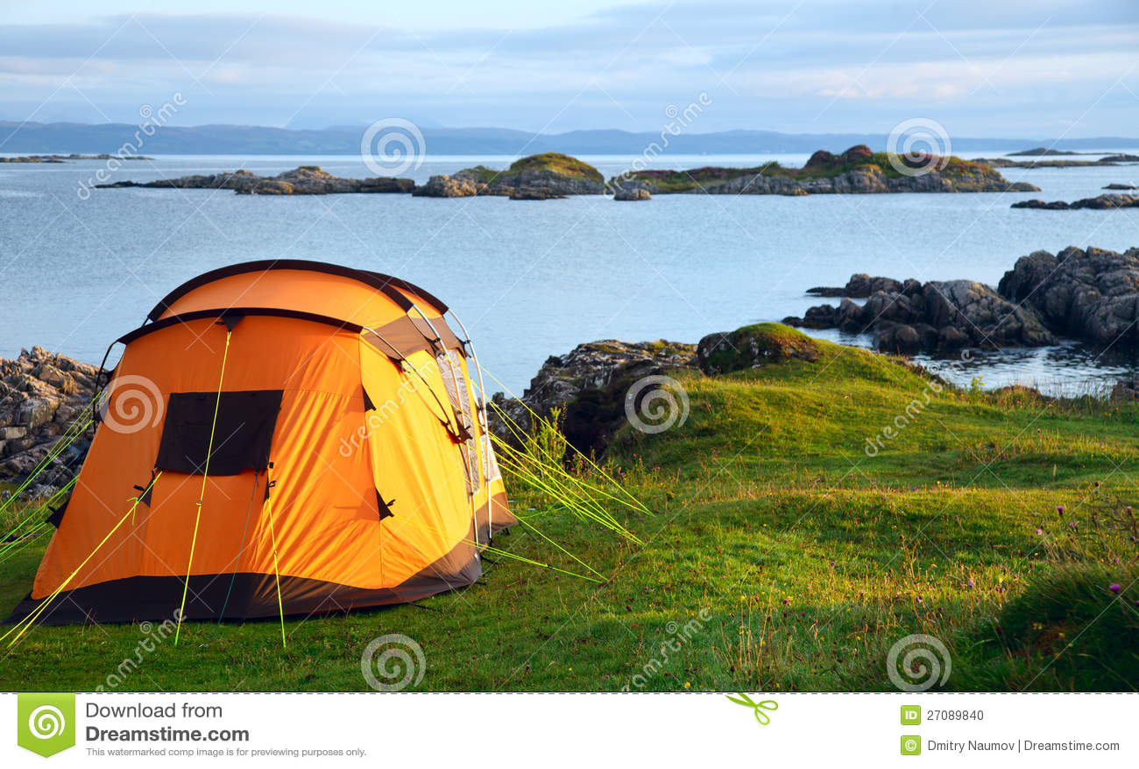 Ся шатер на береге океана