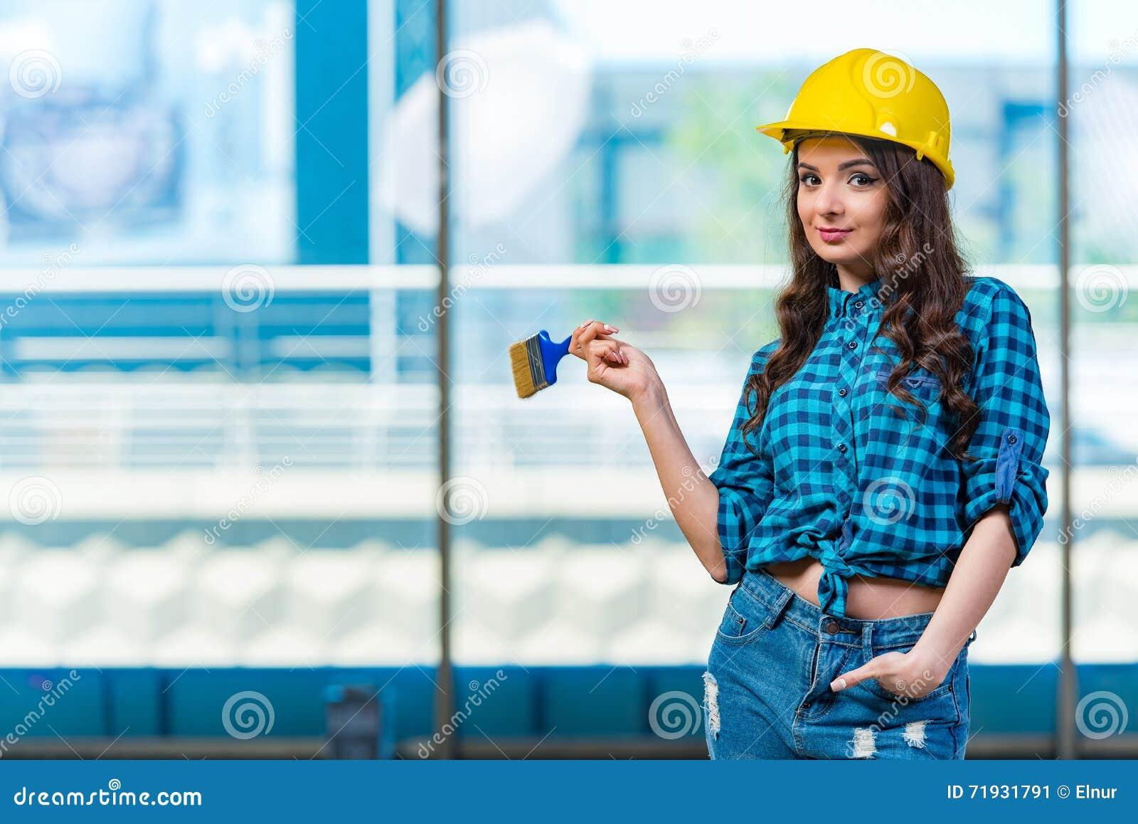 Славная деятельность painer молодой женщины