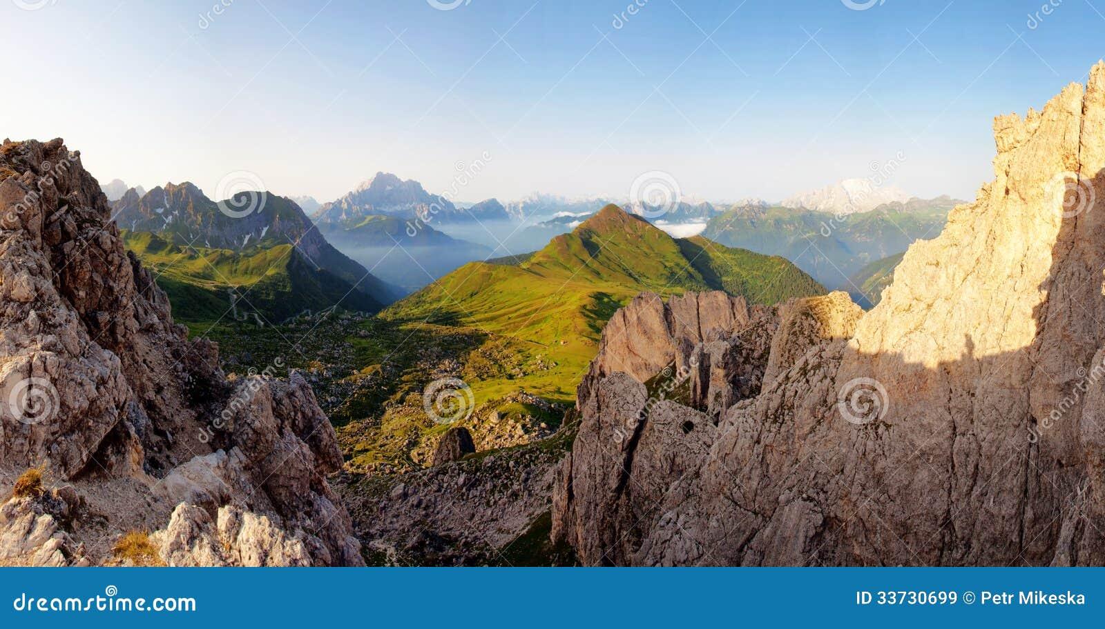 Славный панорамный взгляд высоких гор