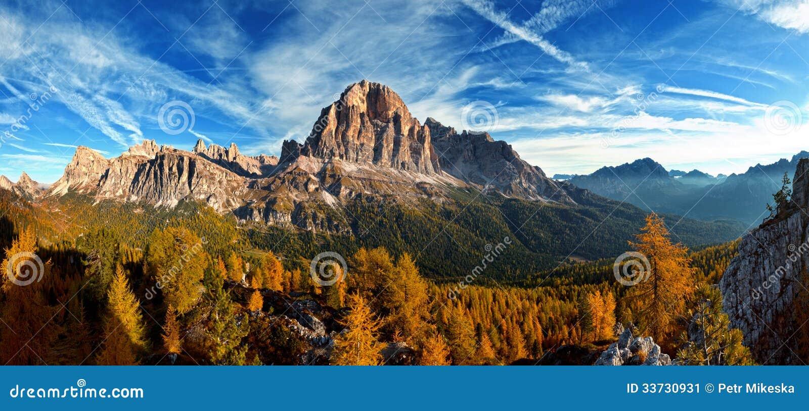 Славный панорамный взгляд итальянки Dolomities