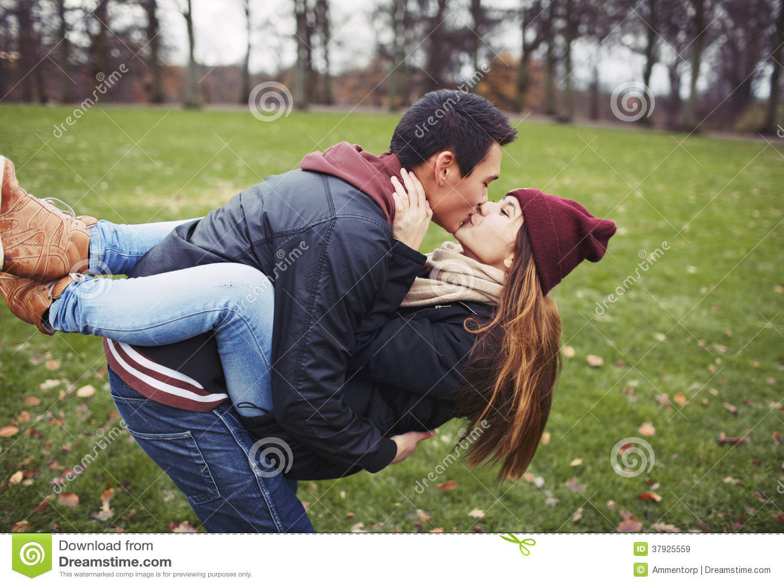 Сладостные молодые пары деля поцелуй пока на дате