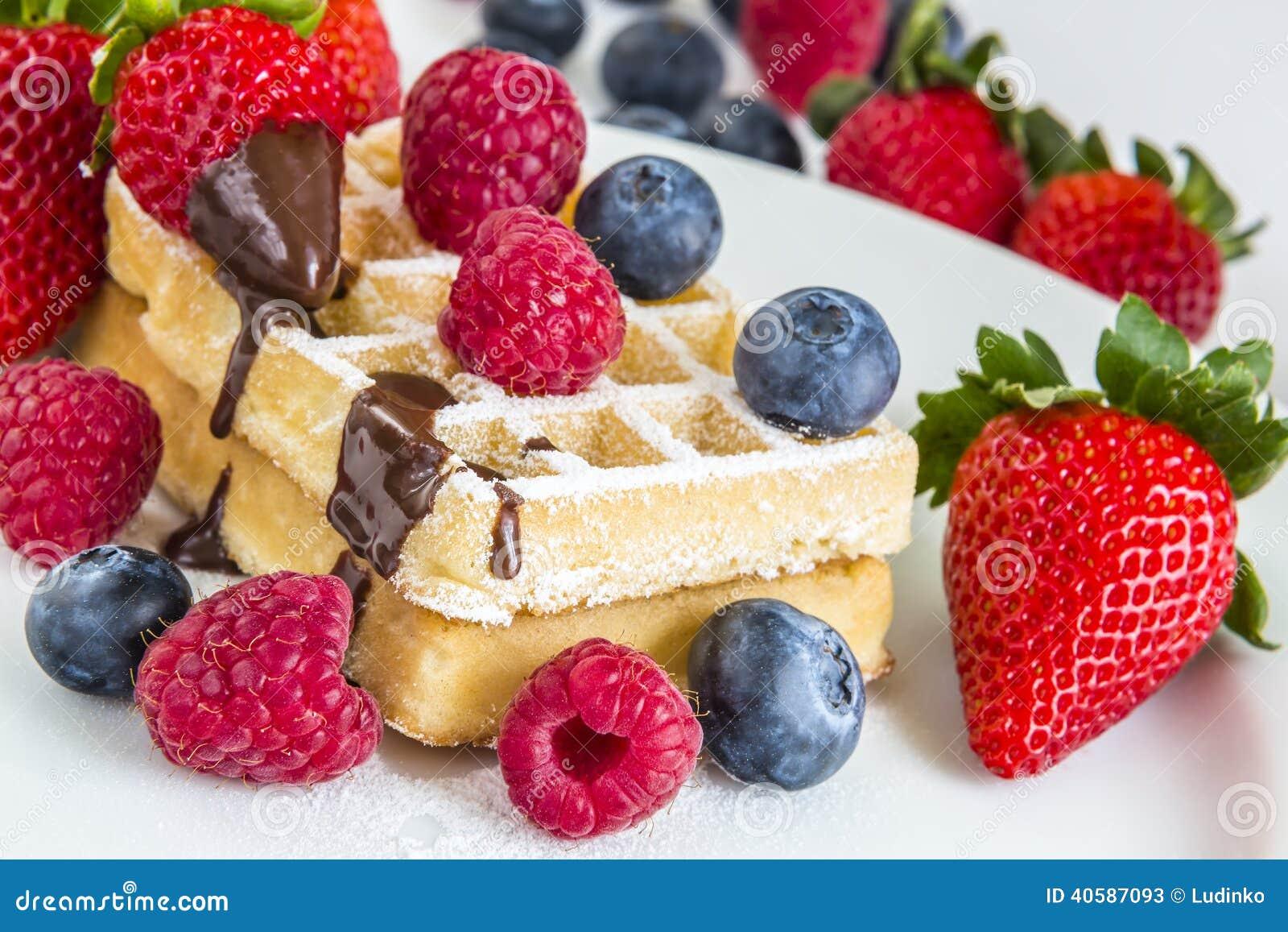 Сладостные свежие смешанные плодоовощи с вкусными waffles