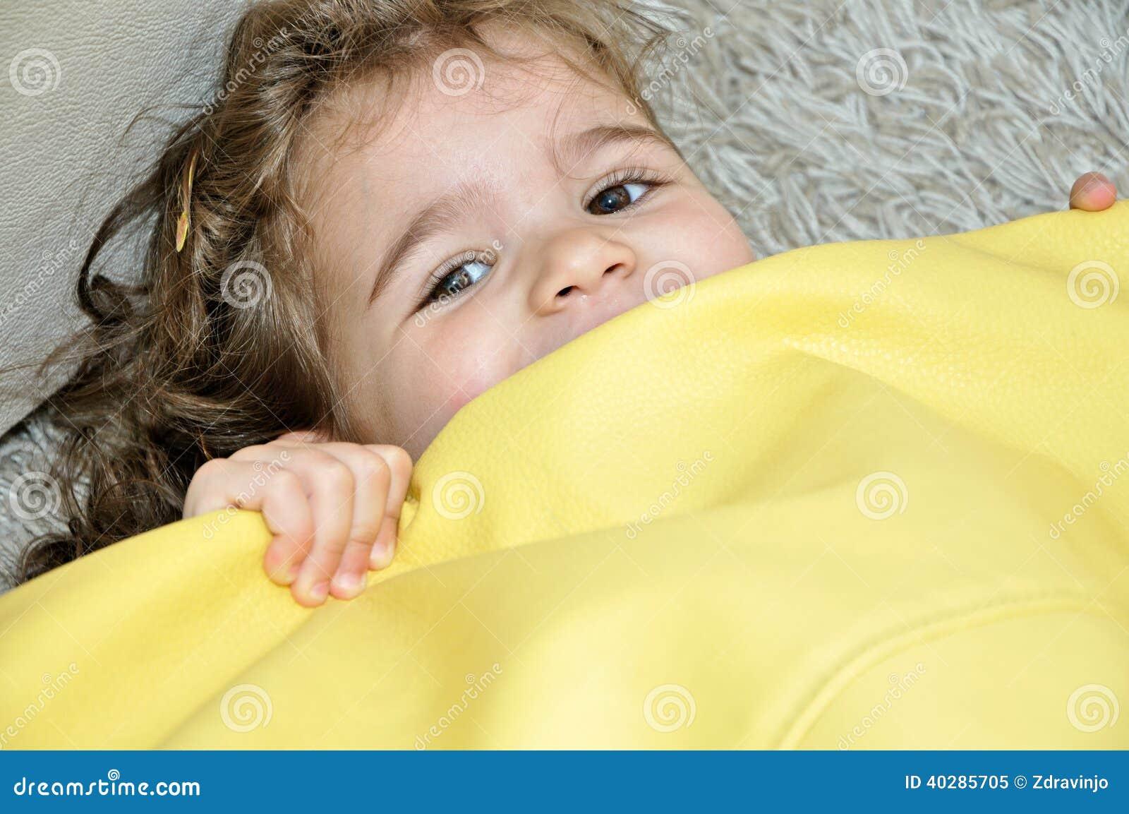 Сладостный играть маленькой девочки
